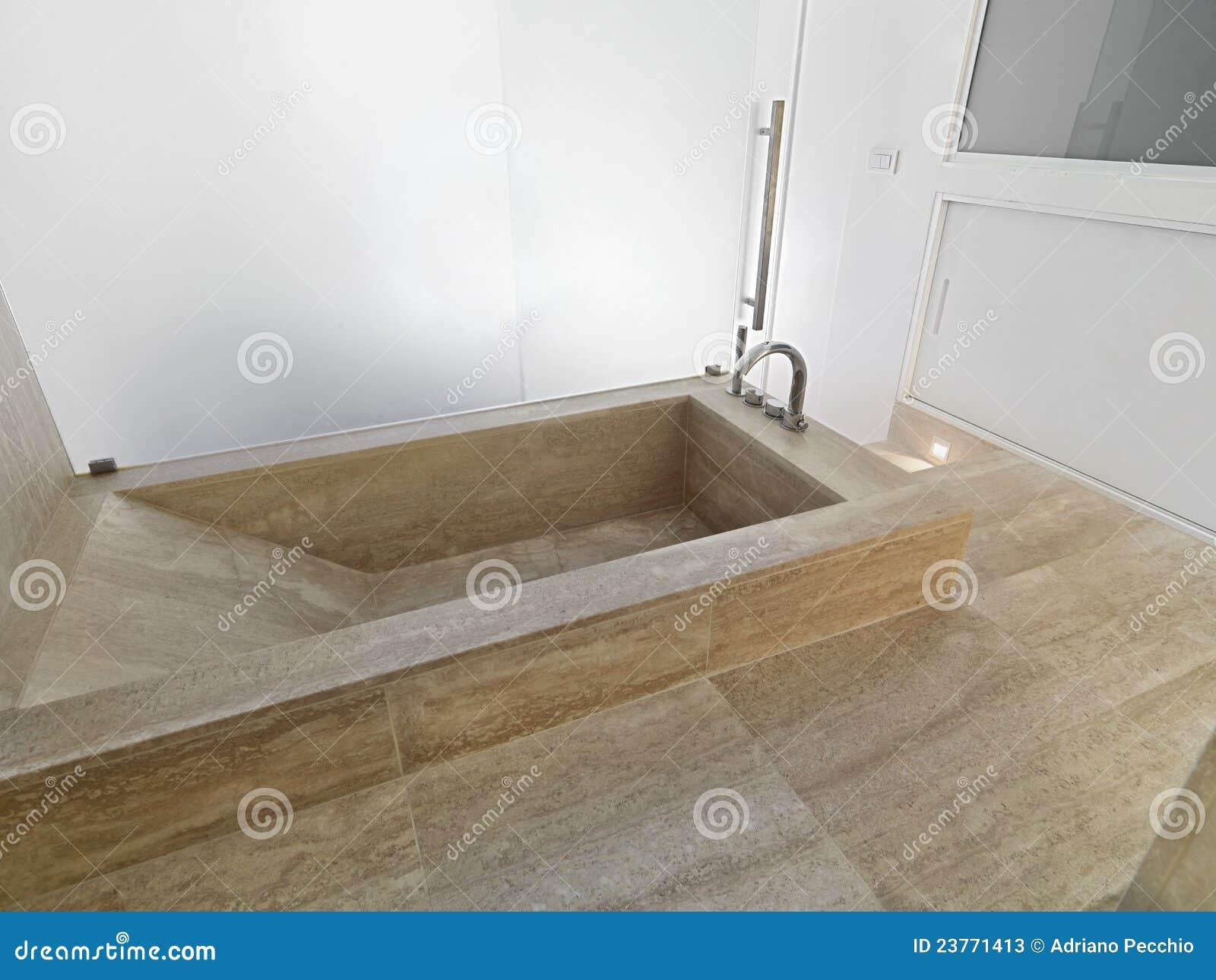 baignoire de marbre dans une salle de bains moderne image stock