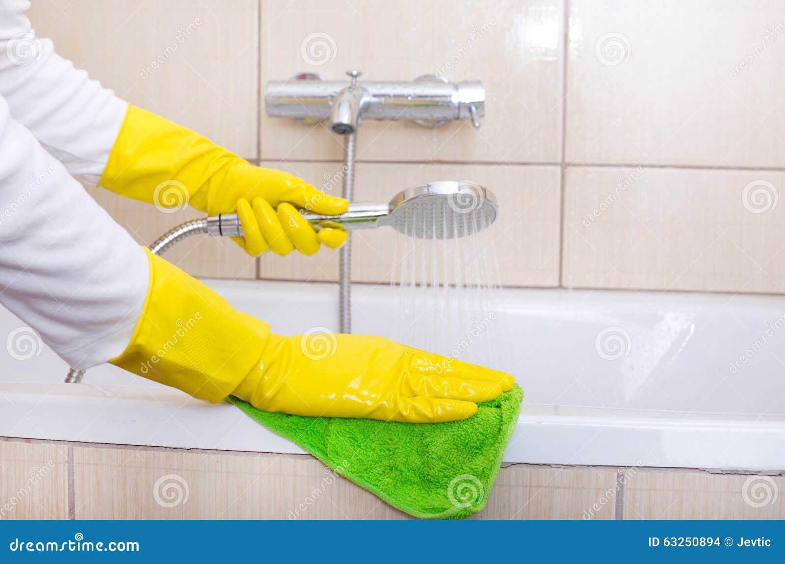 baignoire de nettoyage de femme photo stock image 63250894. Black Bedroom Furniture Sets. Home Design Ideas