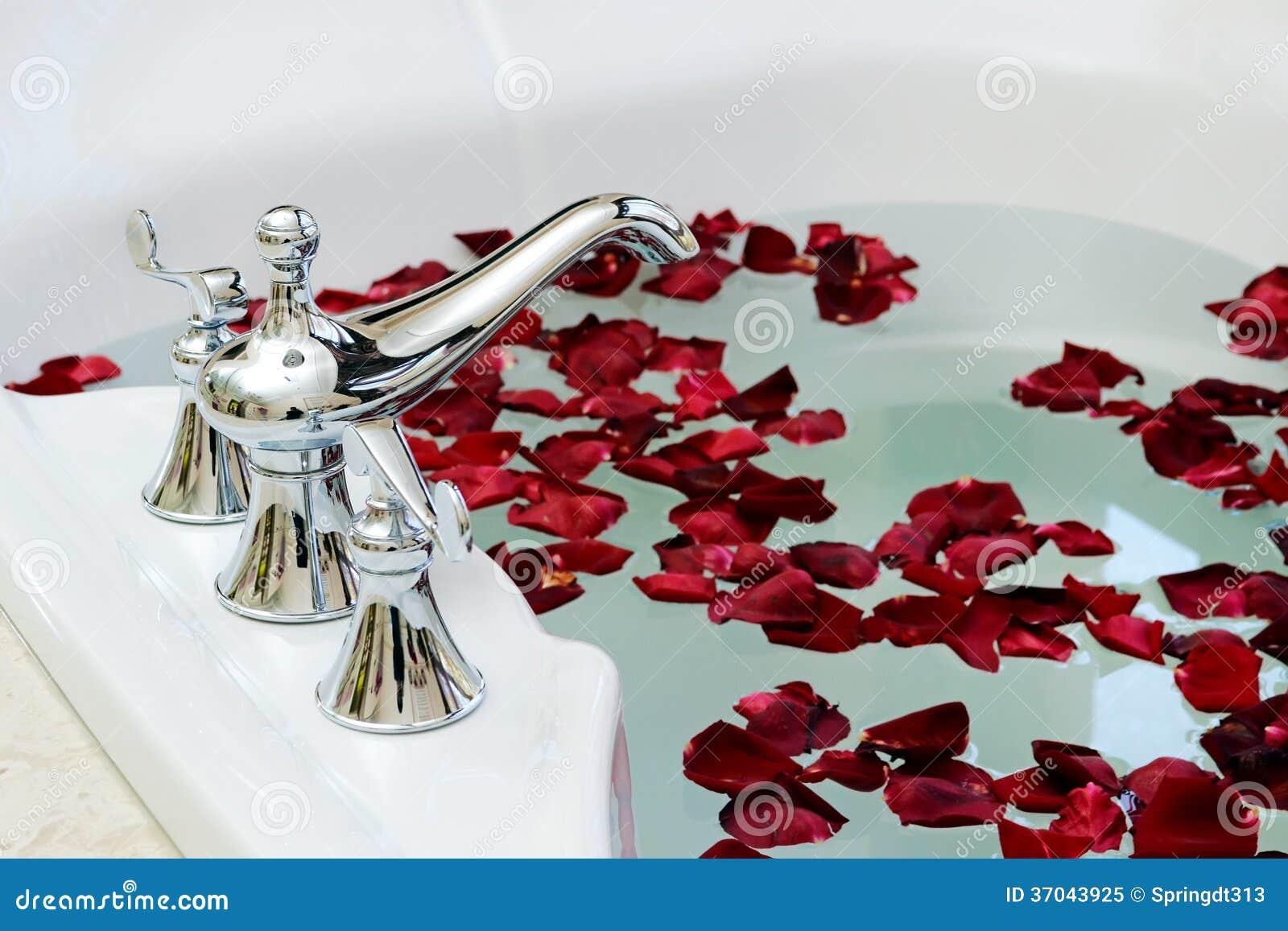 baignoire de rose image stock image du indoors blanc 37043925. Black Bedroom Furniture Sets. Home Design Ideas