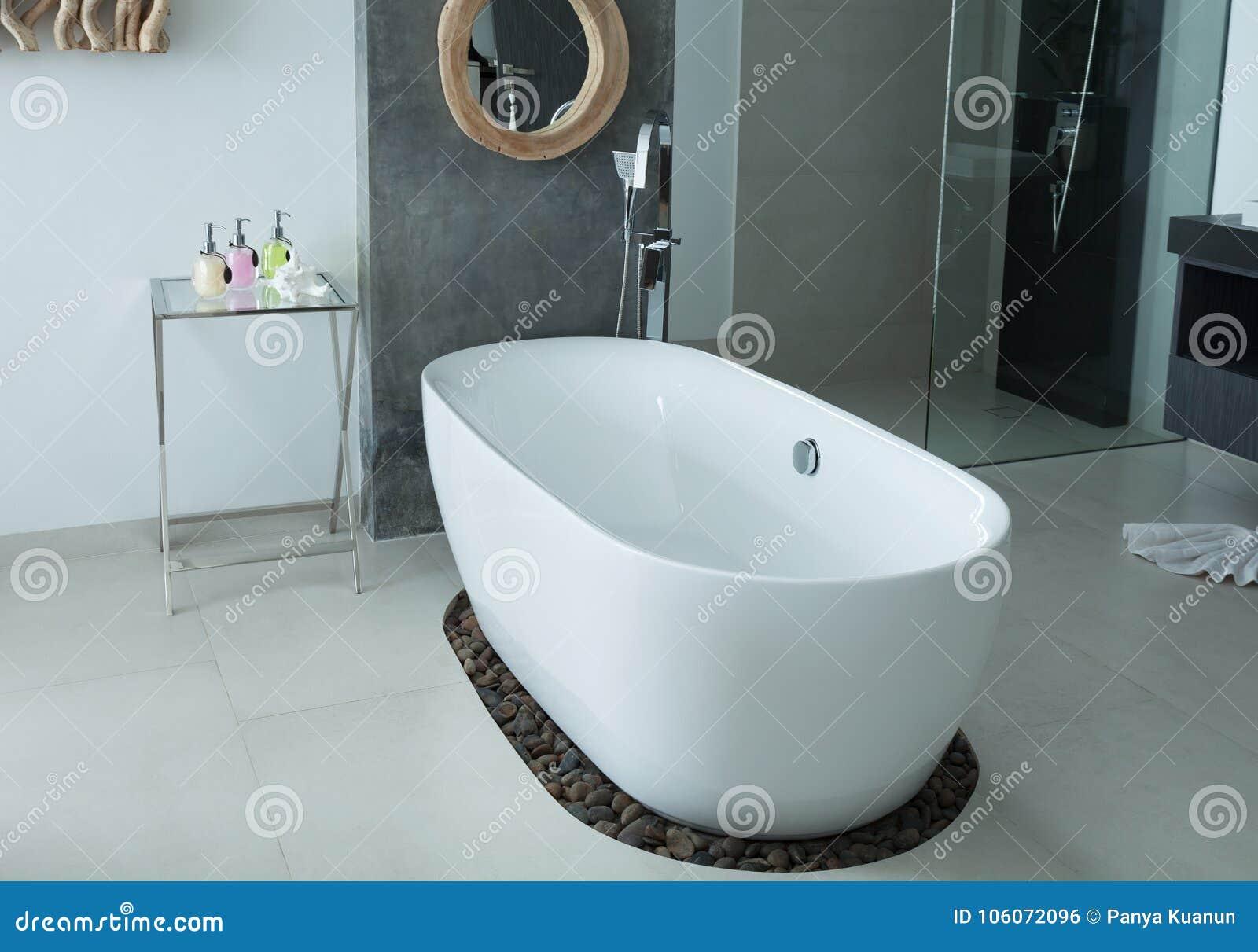 Baignoire moderne d intérieur de salle de bains