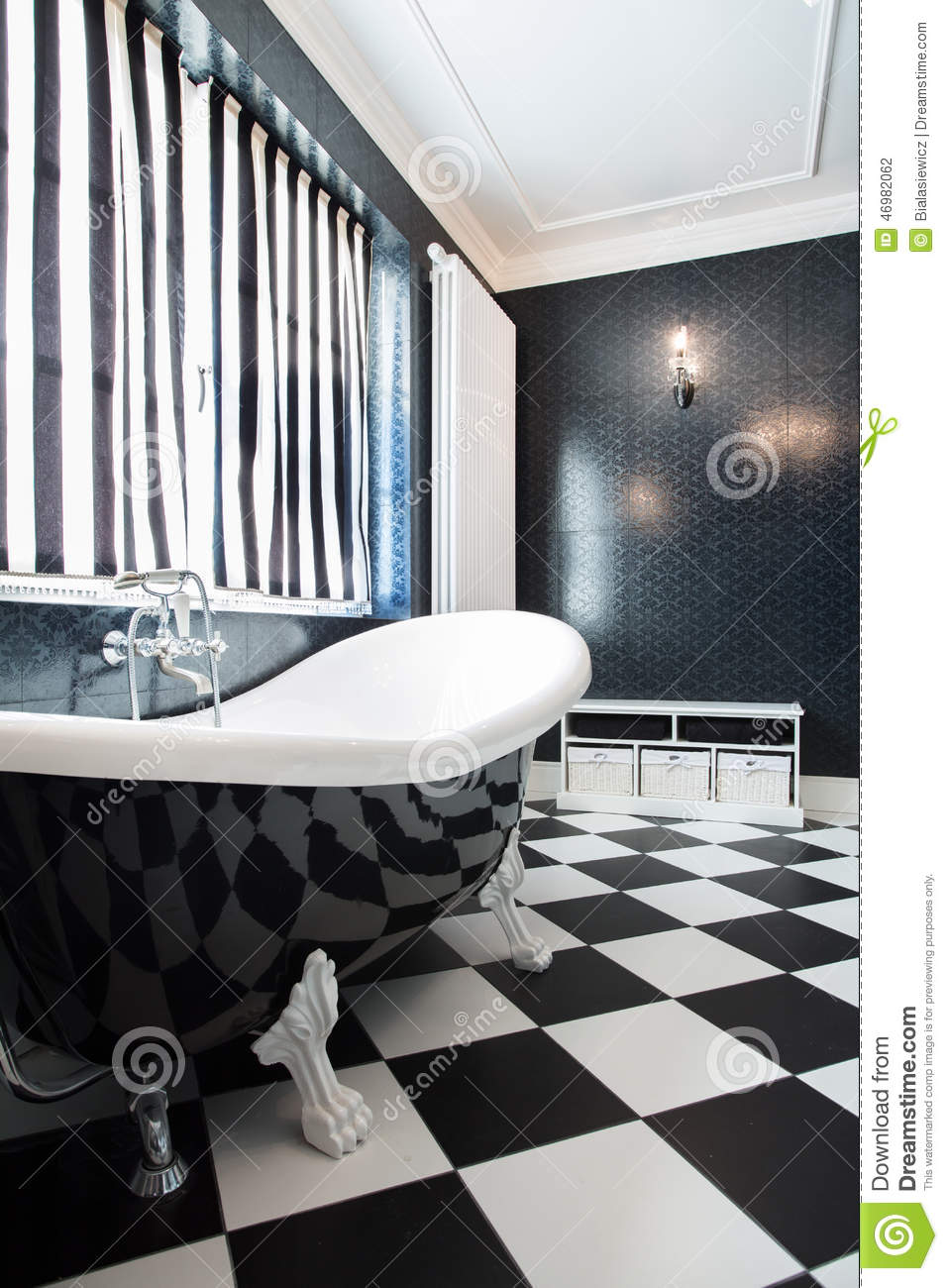baignoire noire et blanche photo stock image du propre 46982062. Black Bedroom Furniture Sets. Home Design Ideas