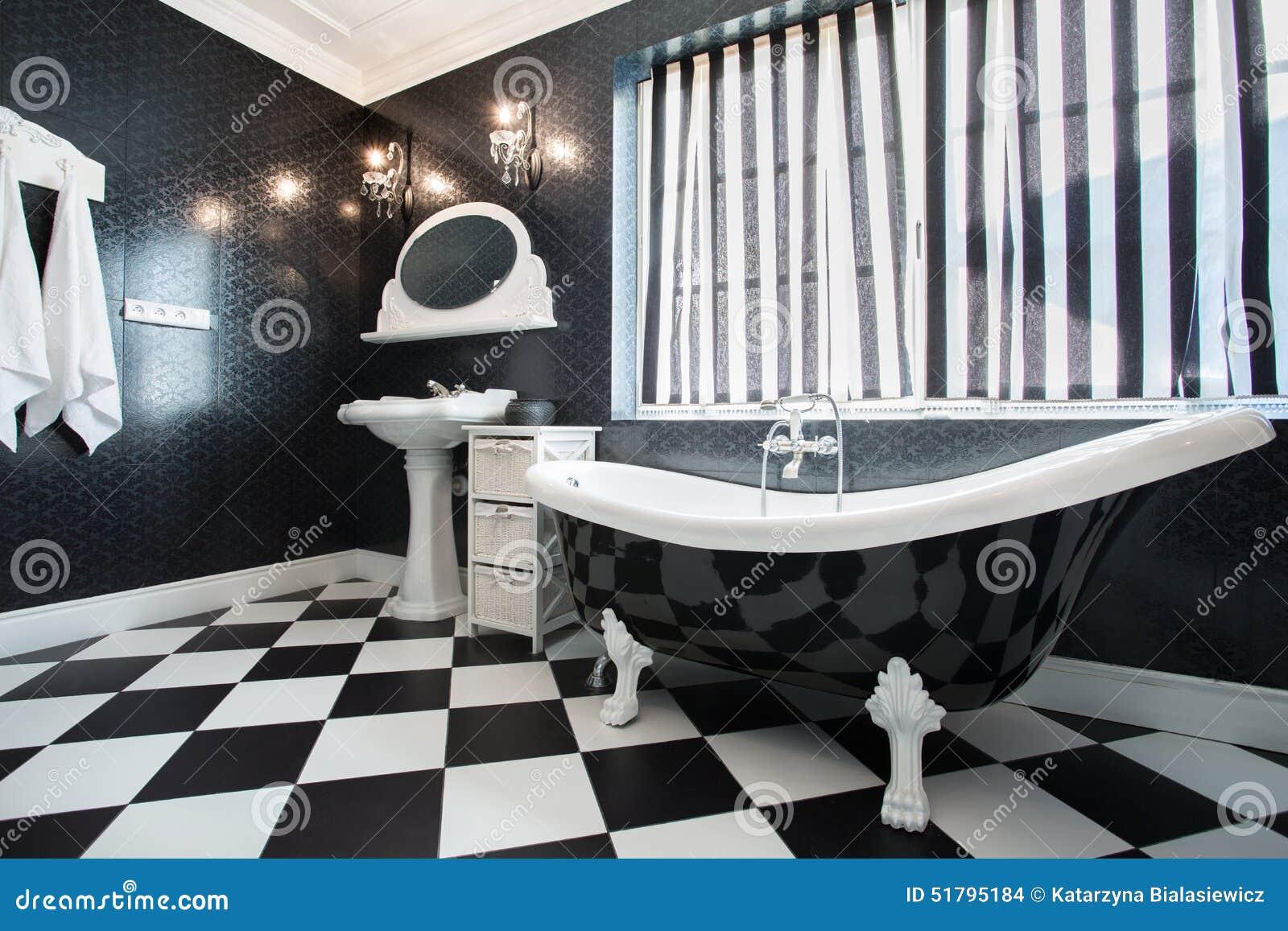 Baignoire Noire Et Blanche Dans La Salle De Bains Photo Stock