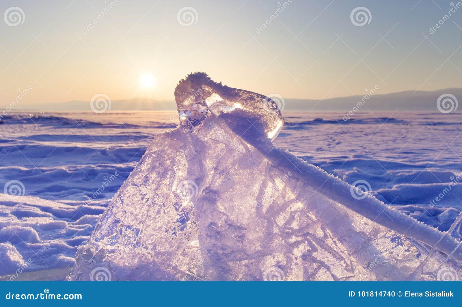 Baikal湖的冰小丘 在日落的透明蓝色冰川 花雪时间冬天