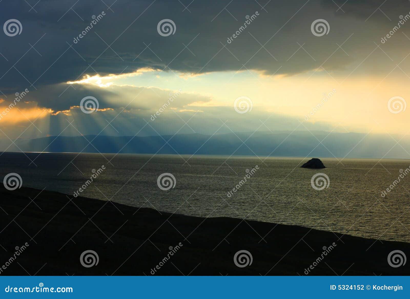 Download Baikal e raggi di sole fotografia stock. Immagine di nave - 5324152