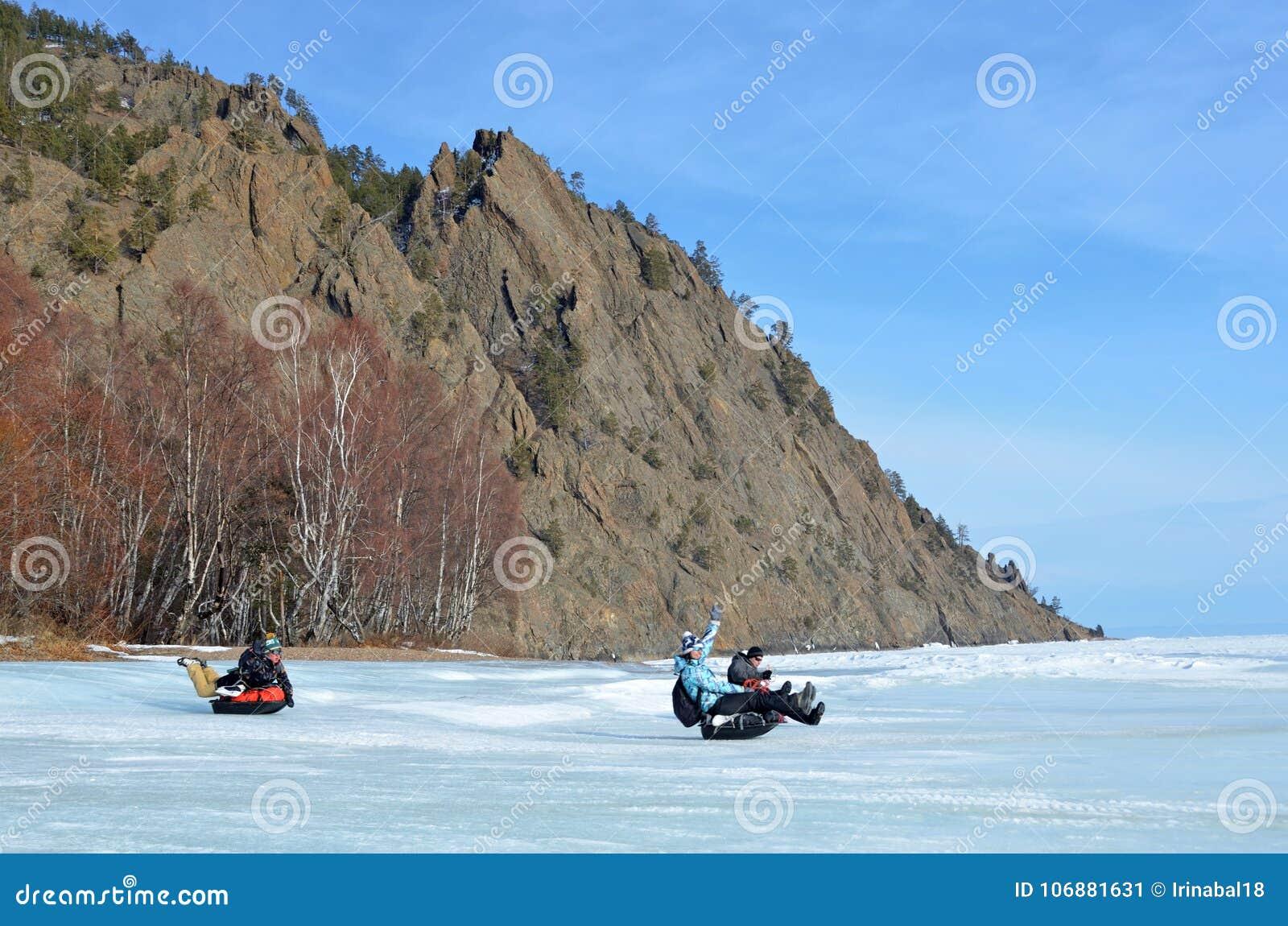 Baikal jezioro, Rosja, Marzec, 01, 2017 Turyści jedzie na saniu saneczkują MS lodowatych brzeg jeziorny Baikal