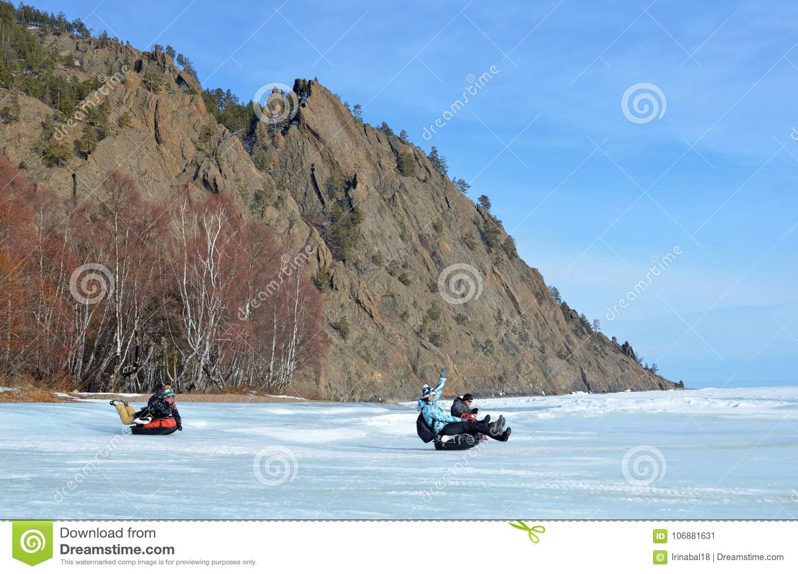 Baikal See, Russland, März, 01, 2017 Touristen, die auf eisige Ufer eines Schlittenschlitten Mitgliedstaates vom Baikalsee fahren