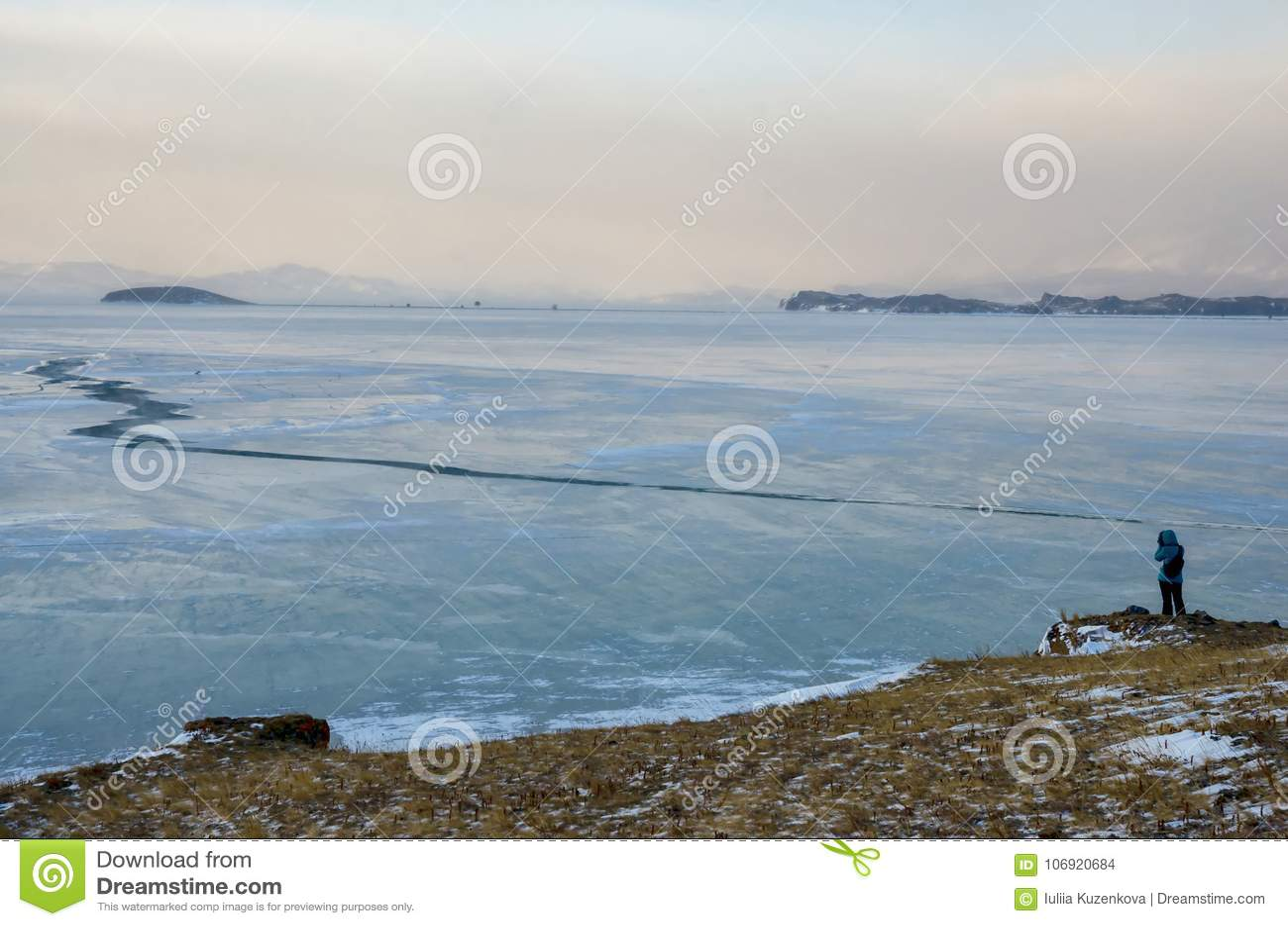 Baikal skała w Grudnia zimnie i jezioro Czas mróz Lodowi floes pływają na wodzie