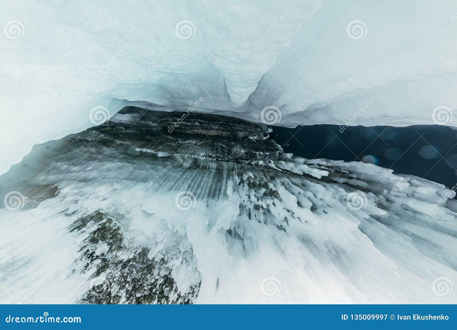 Baikal vinter olkhon russia för baikal ölake isgrotta Tjock blå is och istappar på det kust- vaggar av den Olkhon ön i vinter