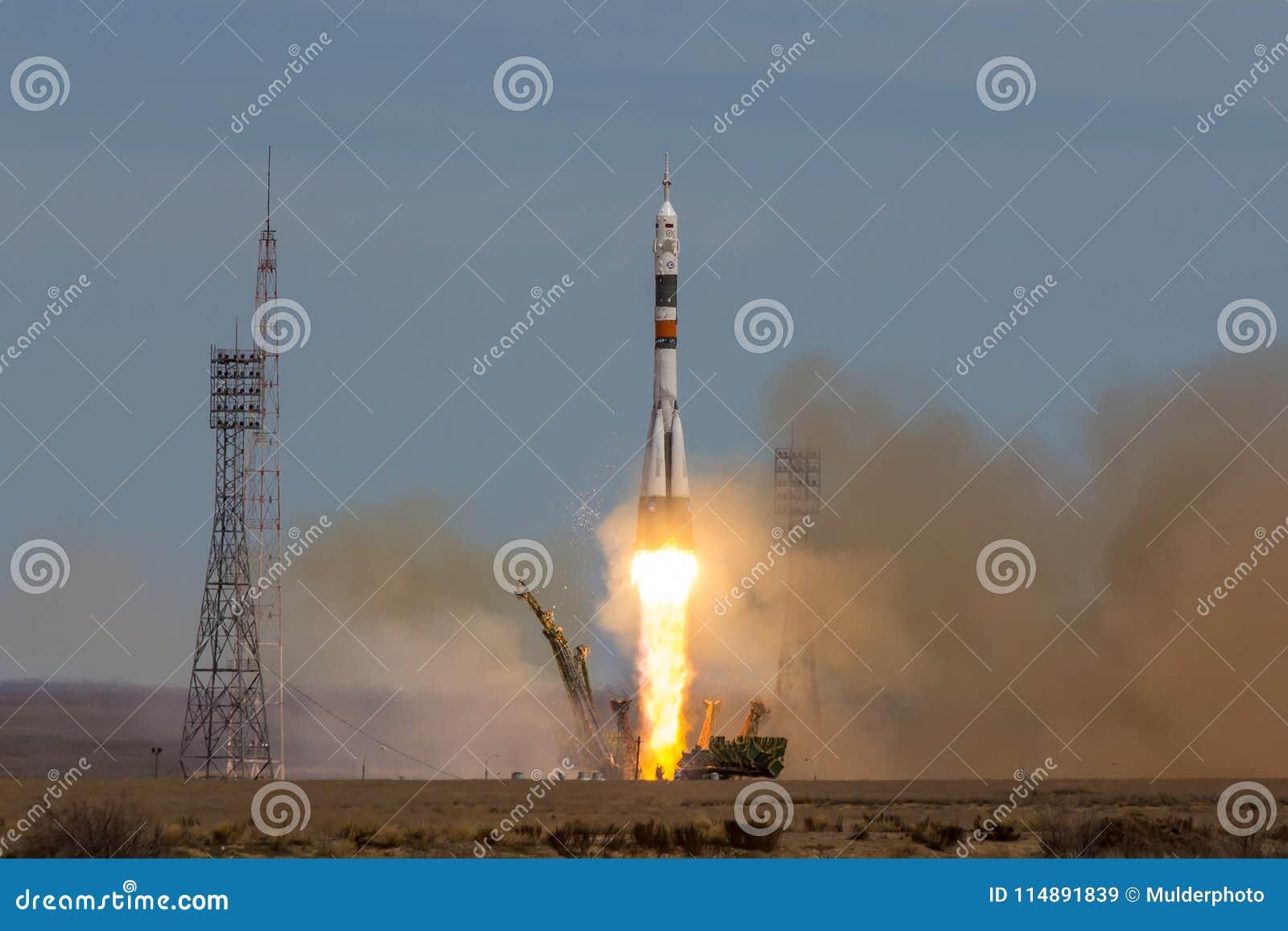 Baikonur, Kazachstan - April 20, 2017: Lancering van het ruimteschip ` Soyuz lidstaten-04 ` aan ISS met verkorte bemanning