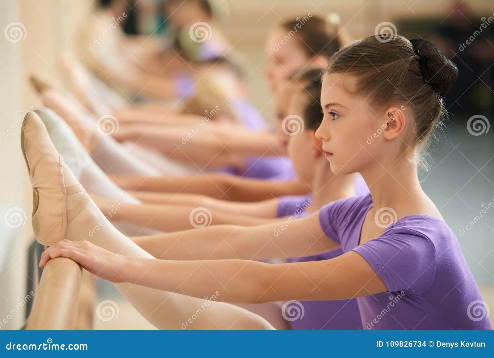 5b4942772 Bailarín De Ballet De Sexo Femenino Que Practica En Un Estudio De La ...