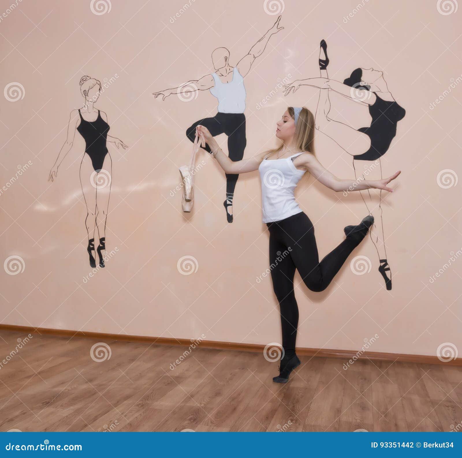 Bailarín joven que se coloca en sus dedos del pie en una postura del ballet con Pointe