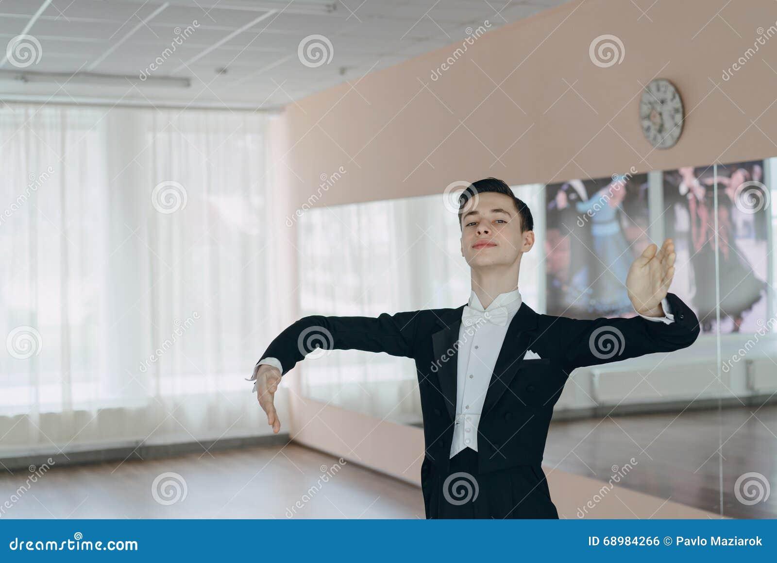 Bailarín profesional entrenado en el espejo