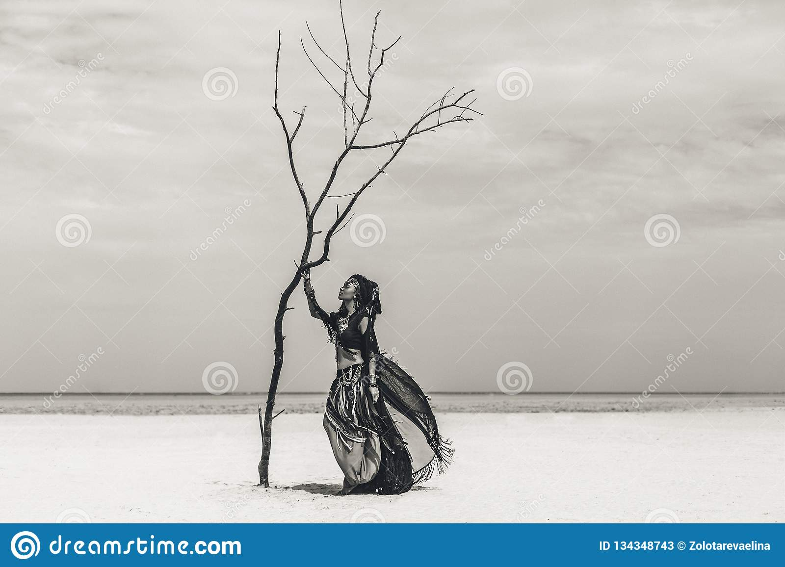 Bailarín tribal elegante joven hermoso Mujer en el traje oriental que baila al aire libre