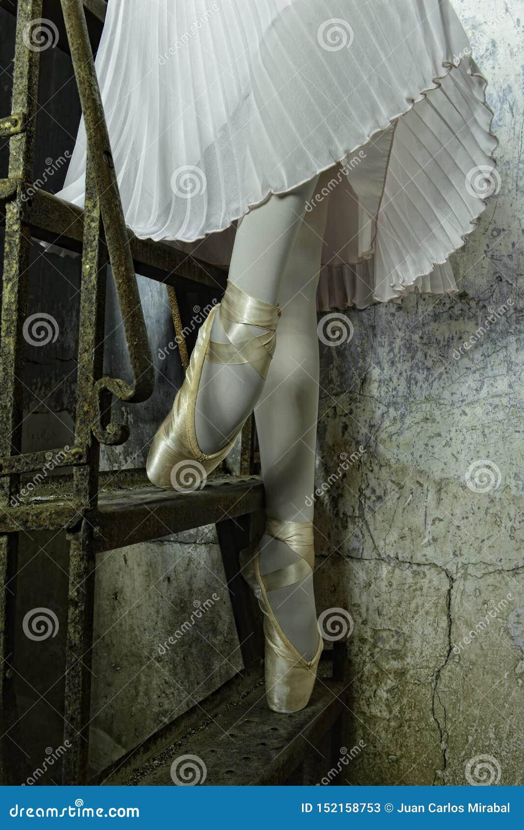 Bailarina em baixo em deslizadores dourados