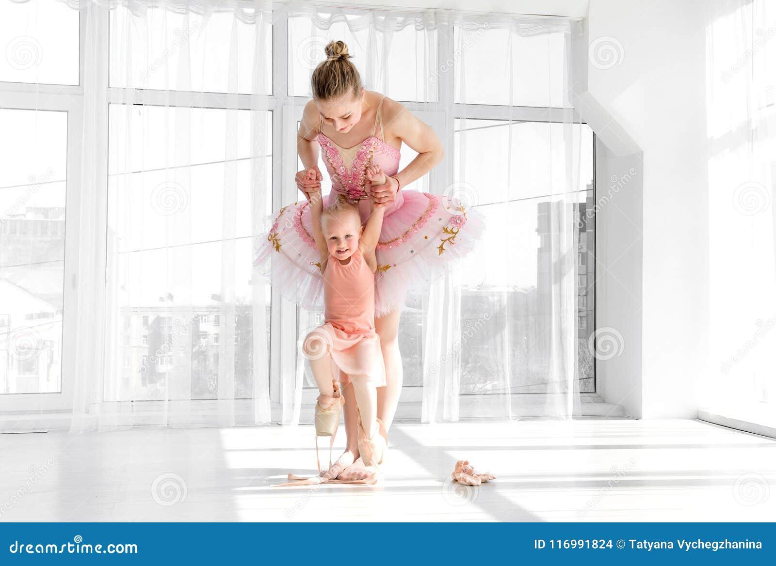Bailarina lindo nova com sua dança pequena da filha no estúdio