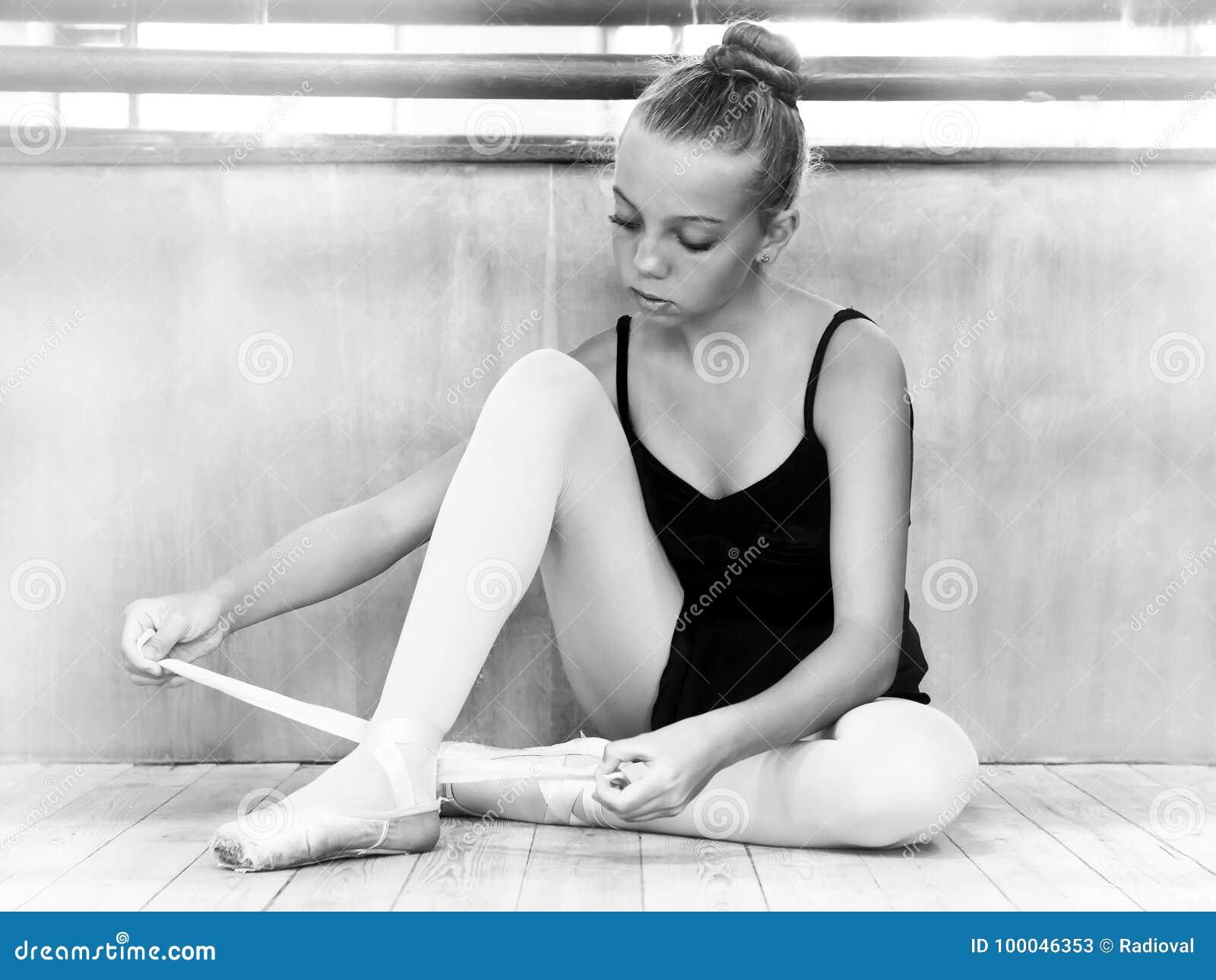 Bailarina nova no salão para ensaios Pequim, foto preto e branco de China ballet dançar