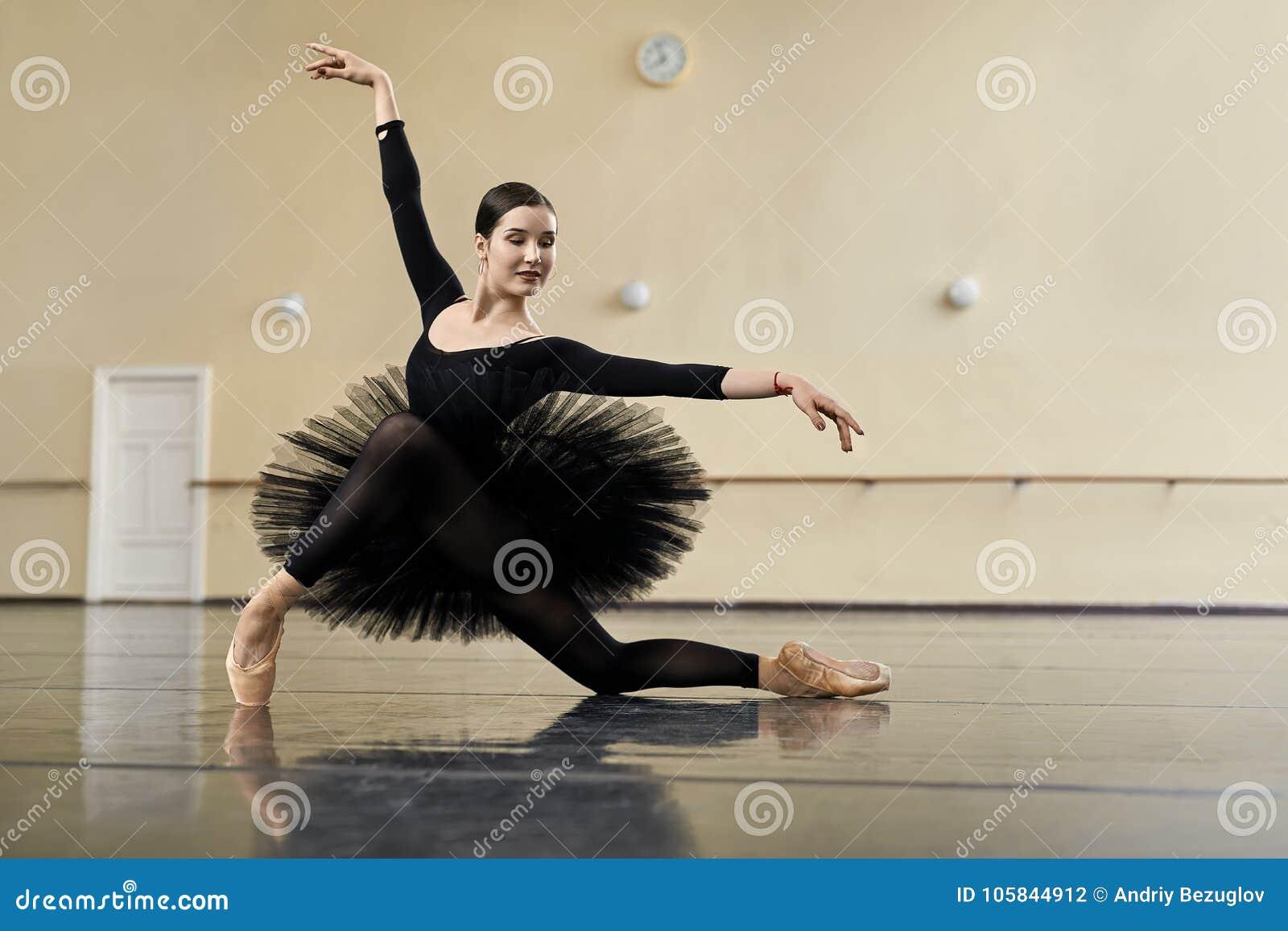 Bailarina que levanta no salão de dança
