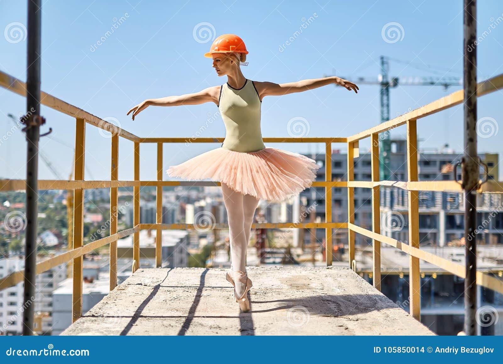 Bailarina que presenta en el balcón concreto