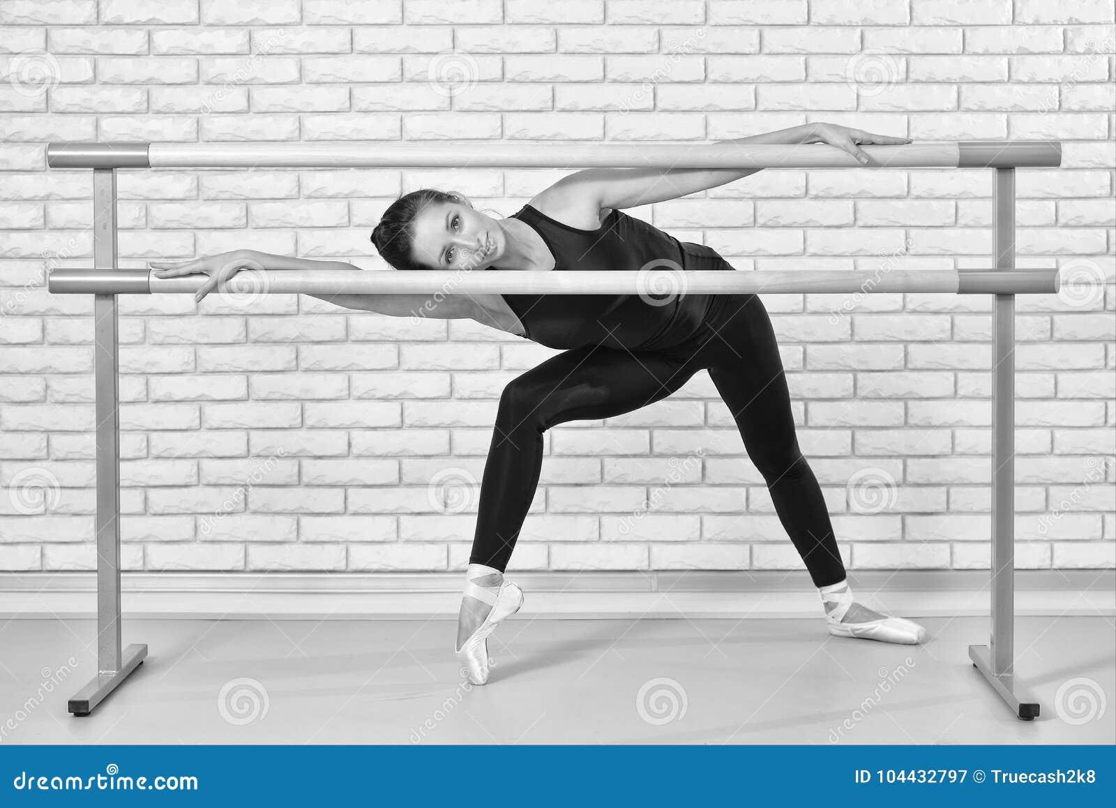 Bailarina Que Presenta En Marco De La Barra En El Estudio Del Ballet ...