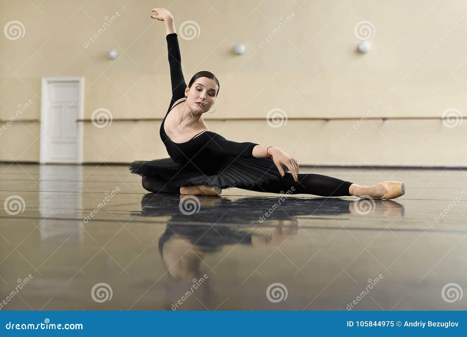 Bailarina que presenta en pasillo de danza