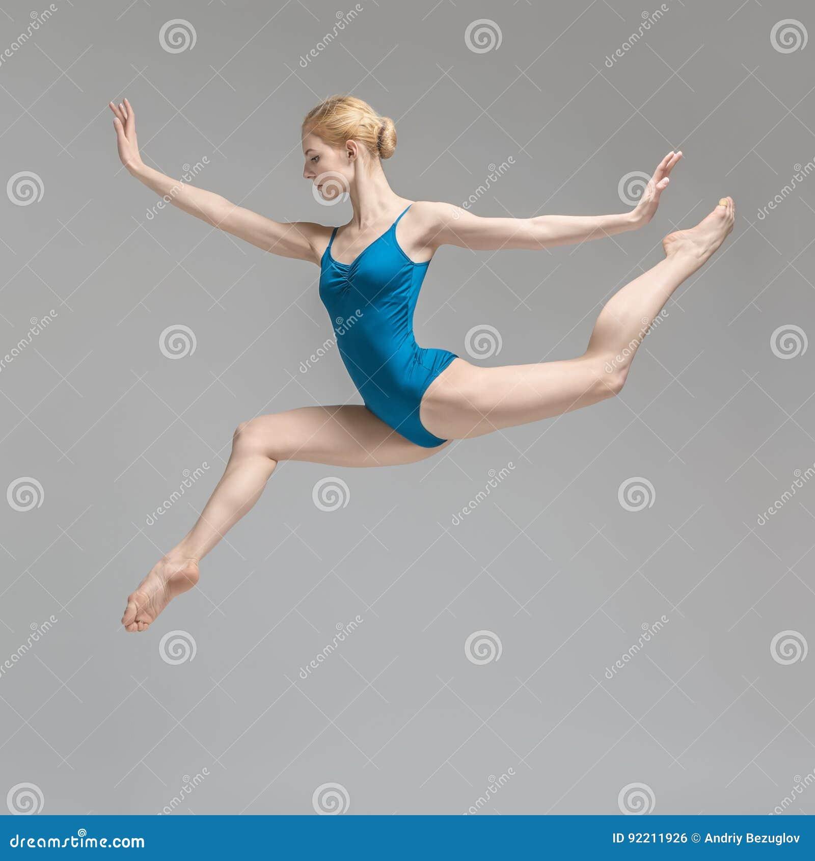 Bailarina que presenta en salto