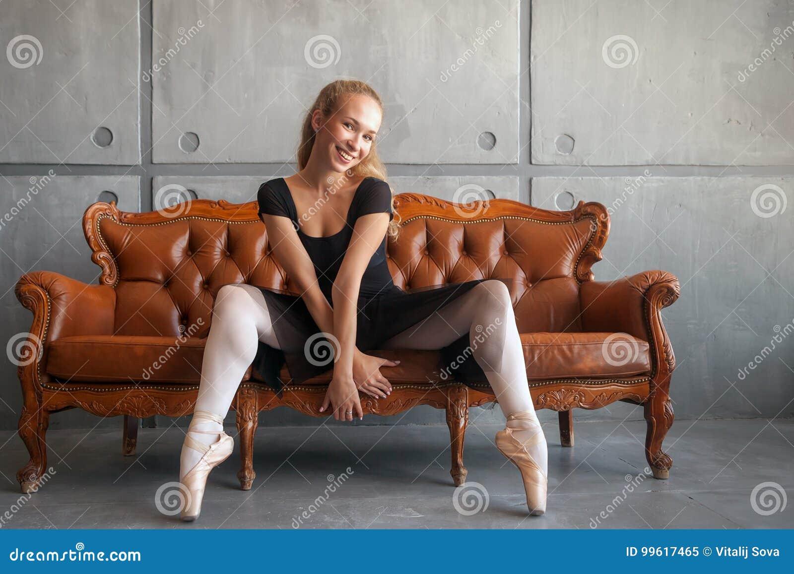 A bailarina senta-se no sofá