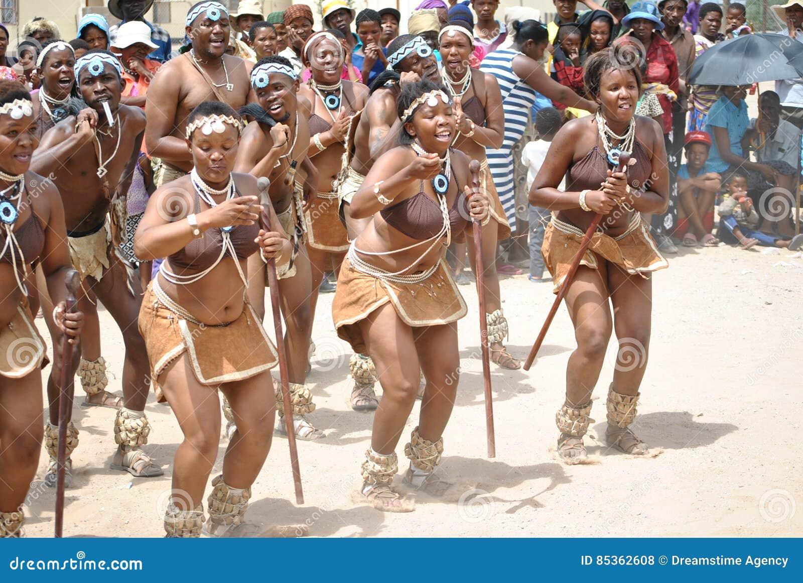 Bailarines africanos en un humor feliz
