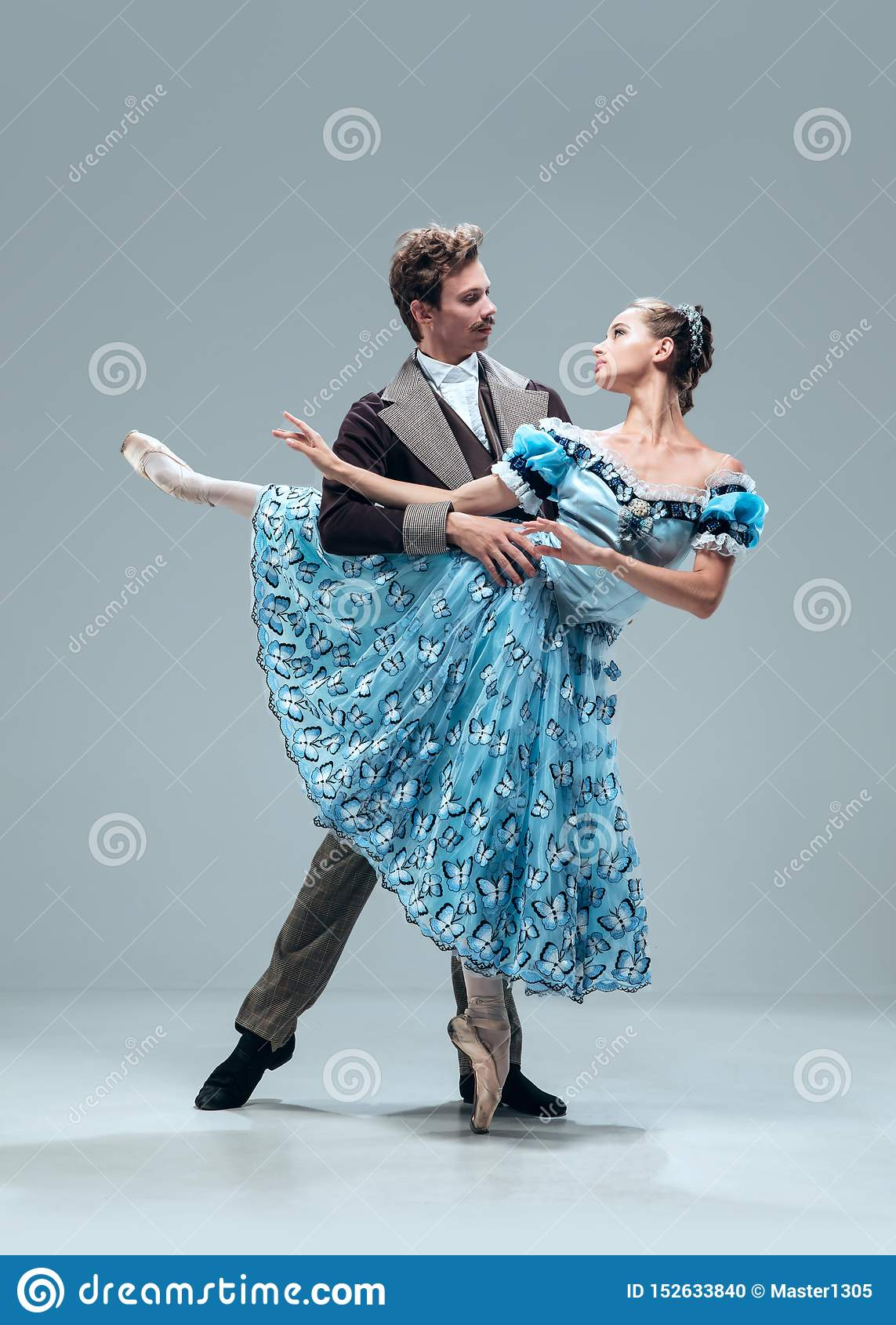 Bailarines contemporáneos del salón de baile en fondo gris del estudio