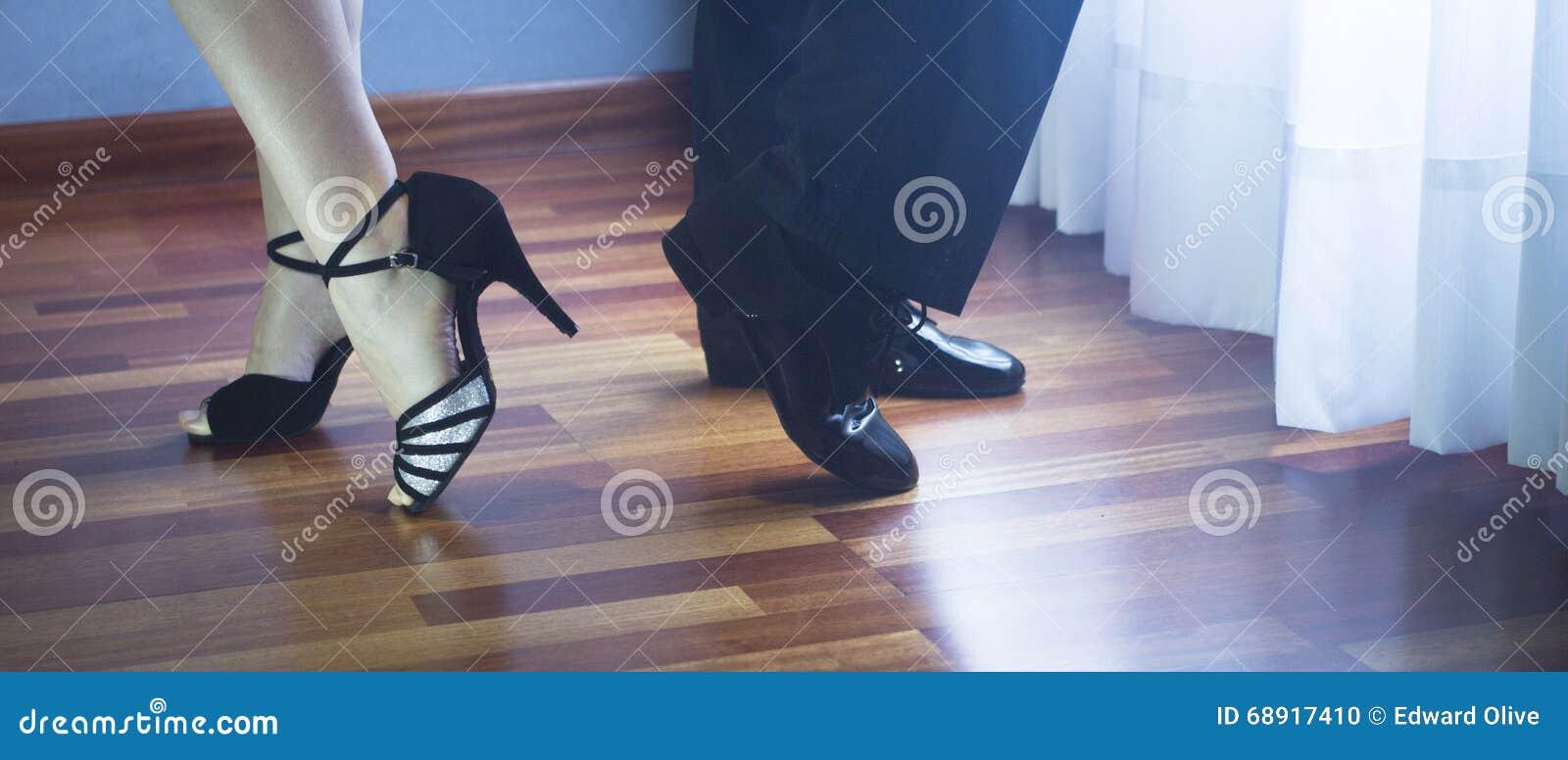 Bailarines del latín de la danza de salón de baile