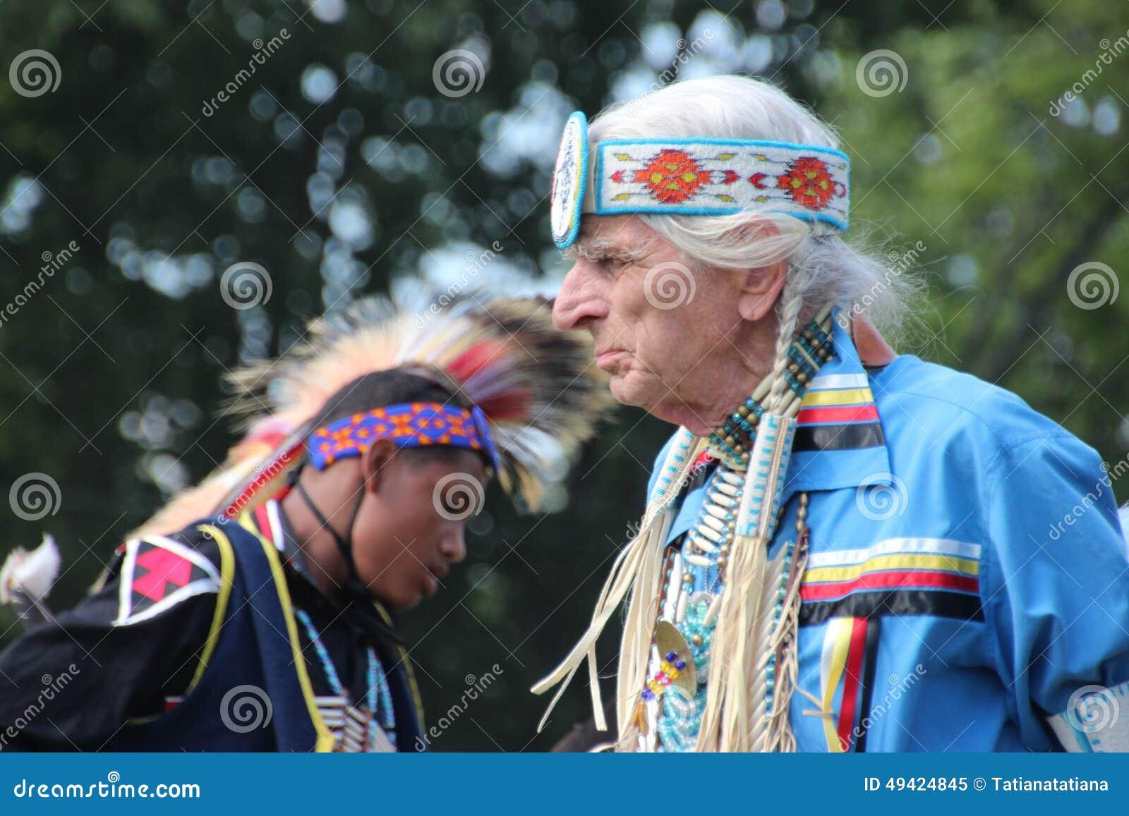 Bailarines del nativo americano en prisionero de guerra-guau