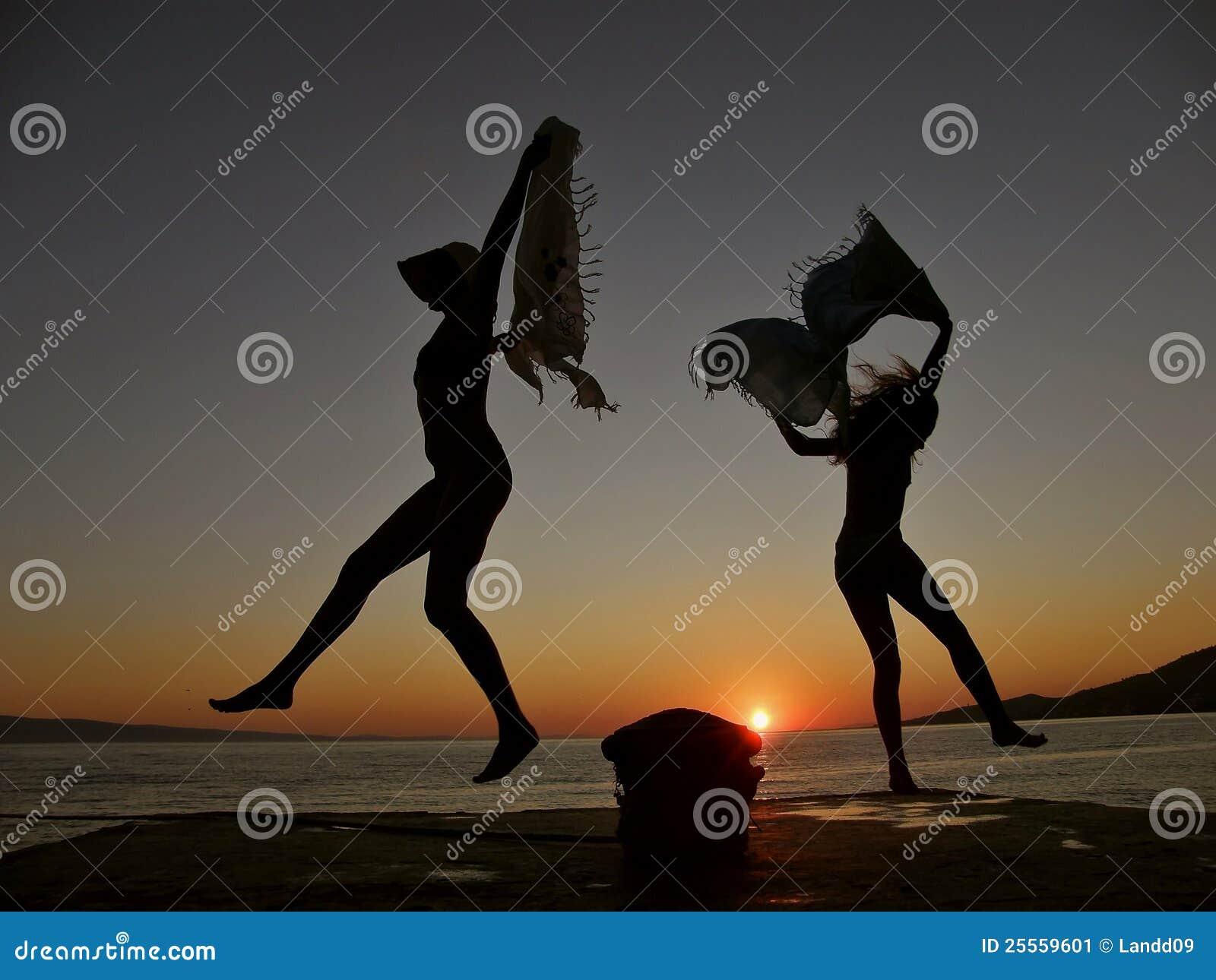 Bailarines en la puesta del sol 1