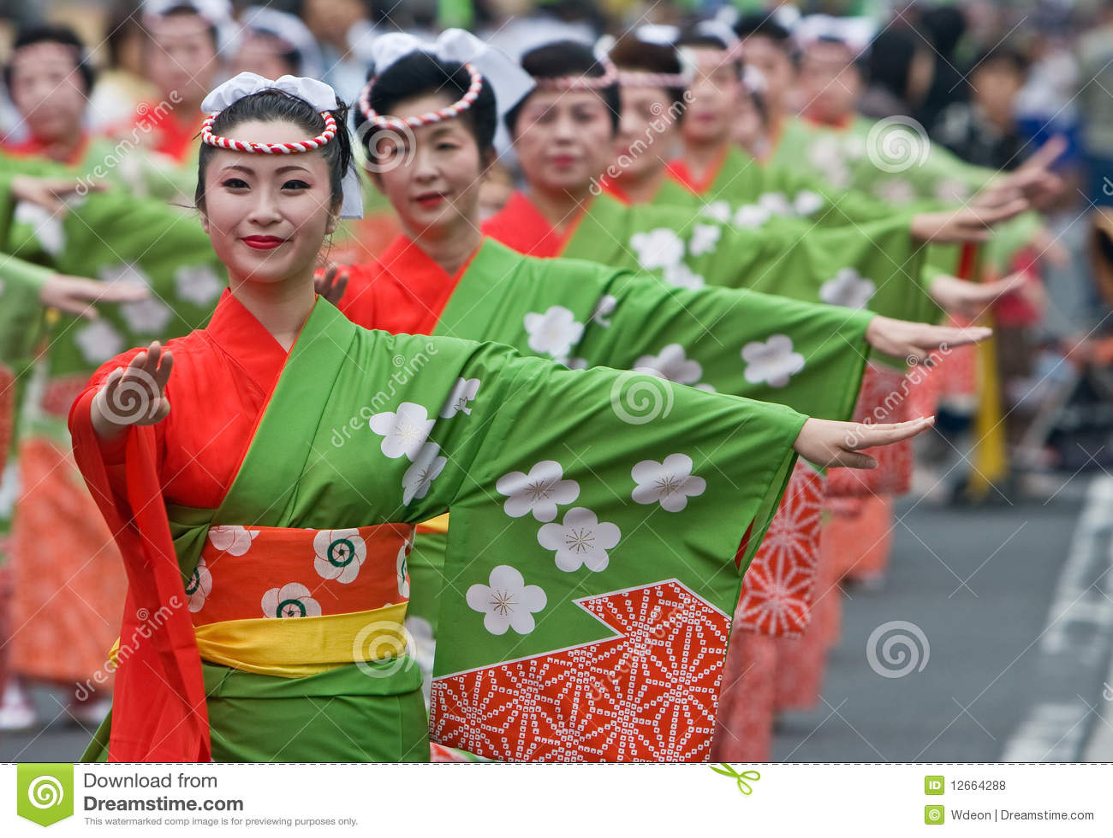 Bailarines japoneses del festival