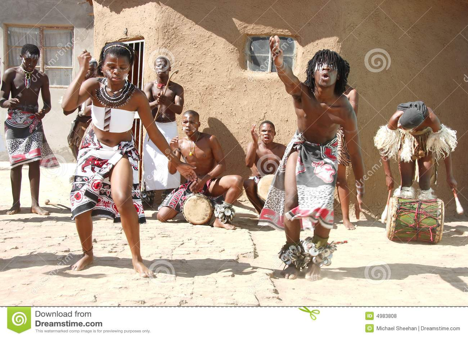 Bailarines tradicionales africanos