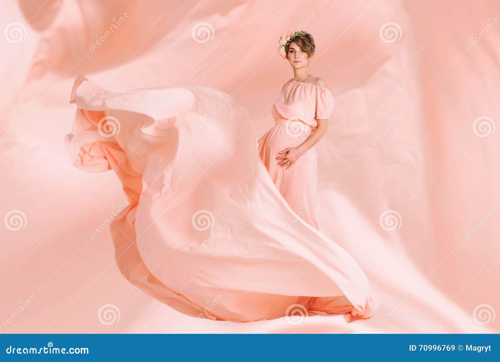 Baile De La Mujer Embarazada En El Vuelo Rosado Del Vestido De Noche ...