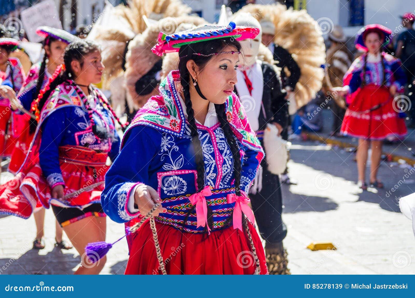 Baile De La Mujer En El Festival De Inti Raymi Imagen de archivo ...