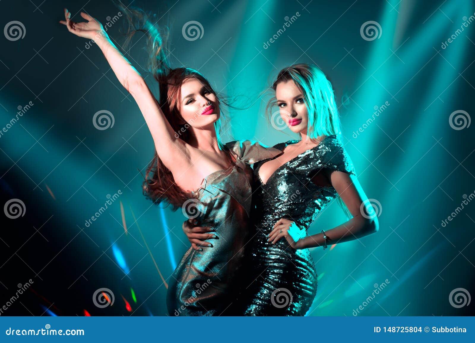 Baile de las muchachas de la maqueta caliente en luces de ne?n ULTRAVIOLETA Partido del disco Mujeres jovenes atractivas con el b