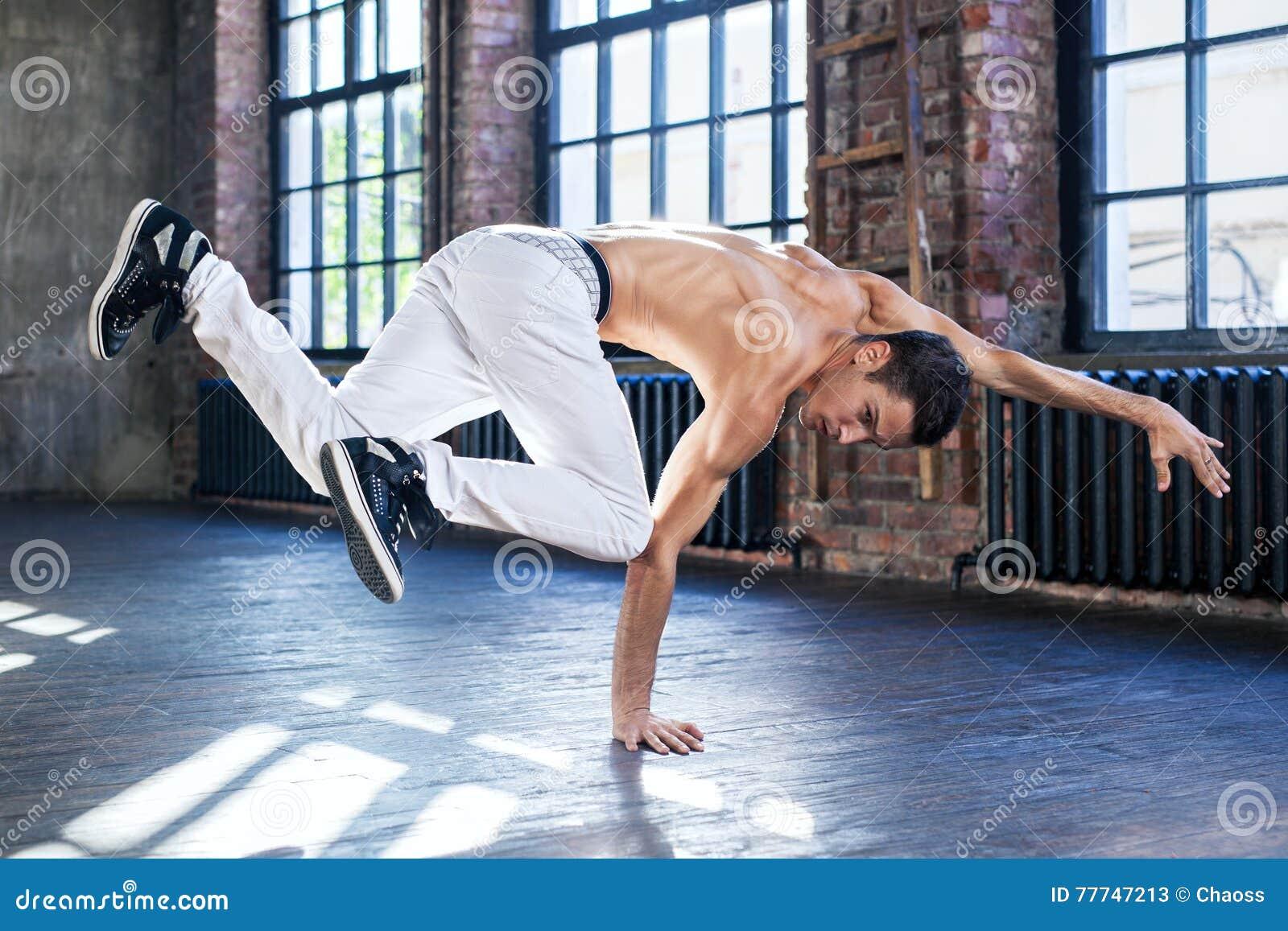 Baile de rotura del hombre joven