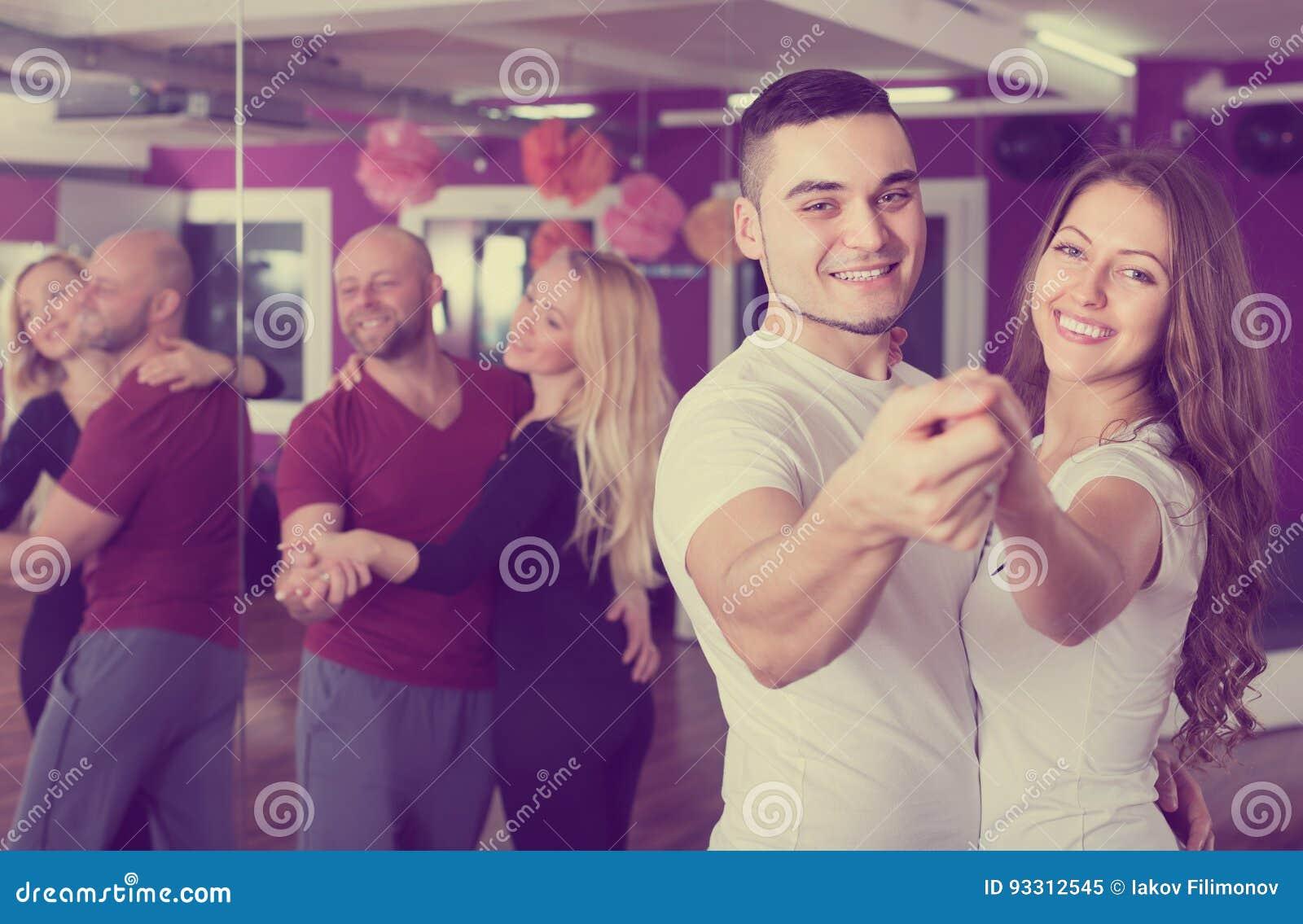 Baile del grupo en club