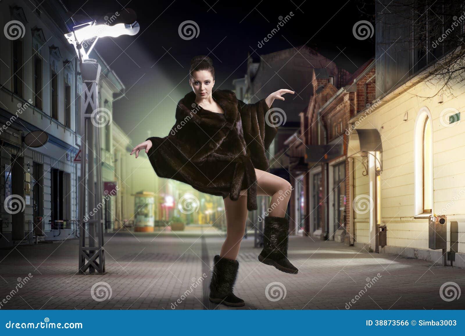 Baile Despreocupado De La Mujer De La Moda En La Calle Foto de ... 62b44cf7d05