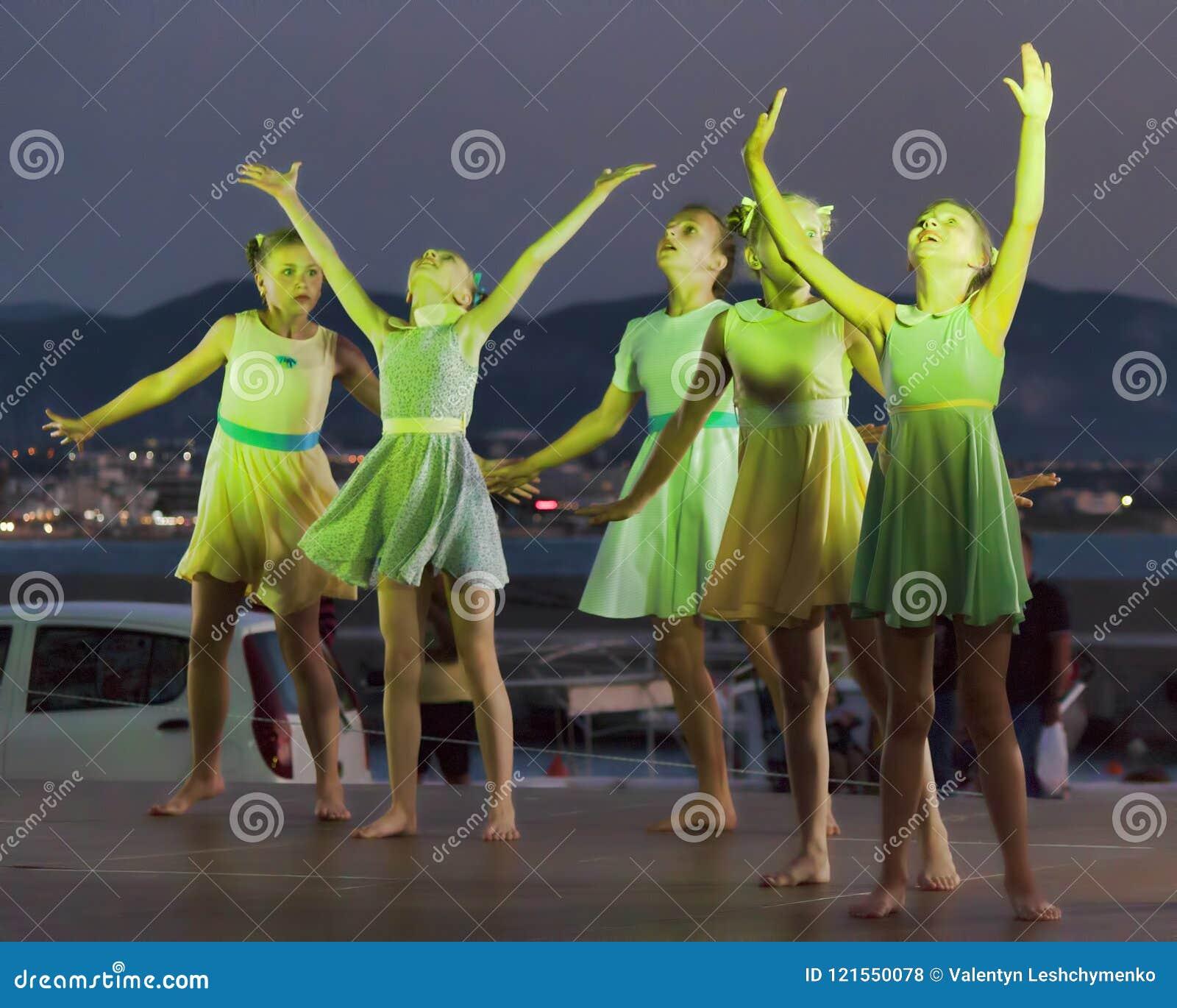 Baile el conjunto de Lituania en el ` s Co internacional de los niños