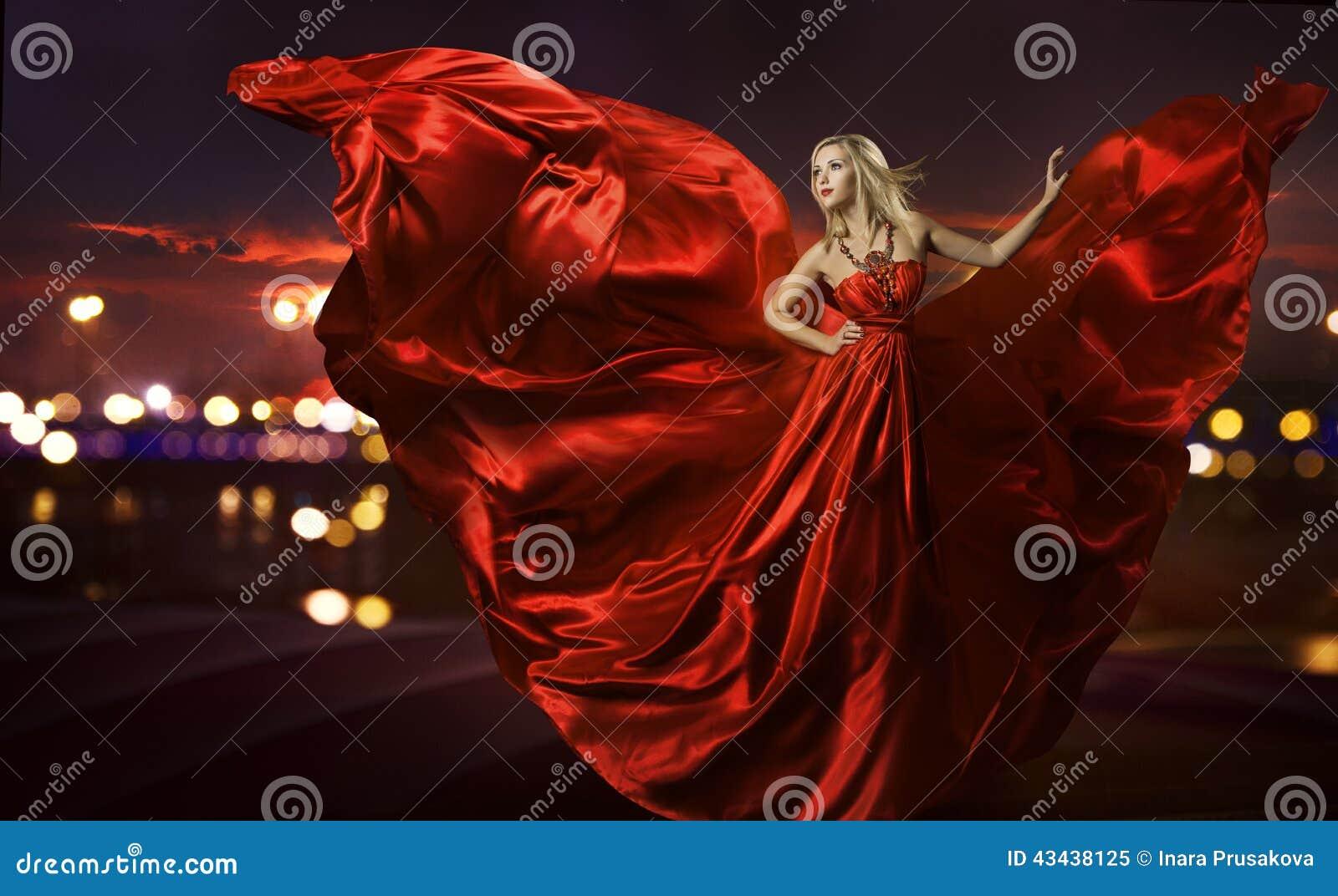 Baile en el vestido de seda, el soplar rojo artístico de la mujer