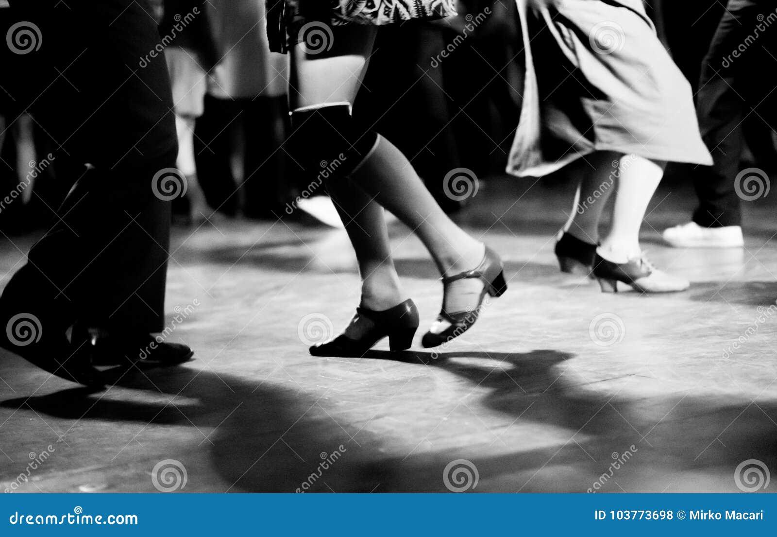 Baile en el vintage del partido de la música de oscilación y el estilo retro