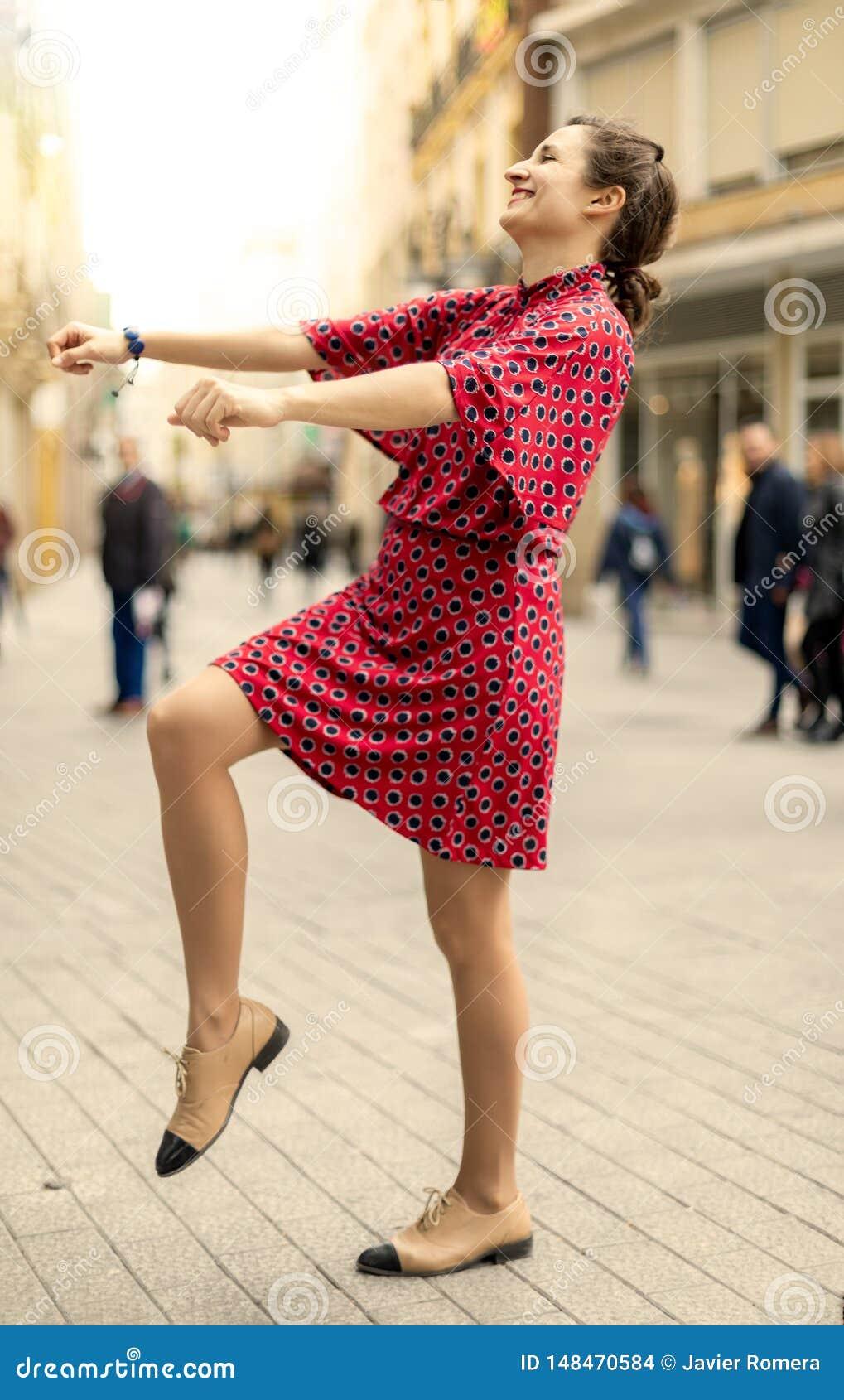Baile feliz de la mujer y sonrisa en la calle