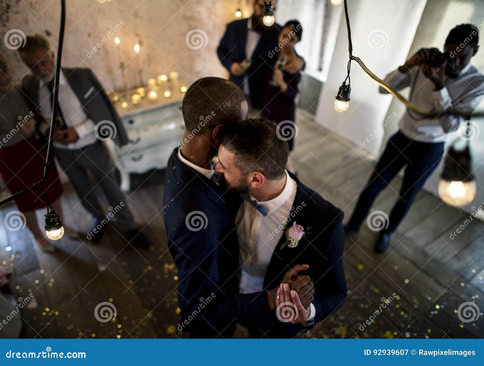 Baile gay de los pares del recién casado en la celebración de la boda