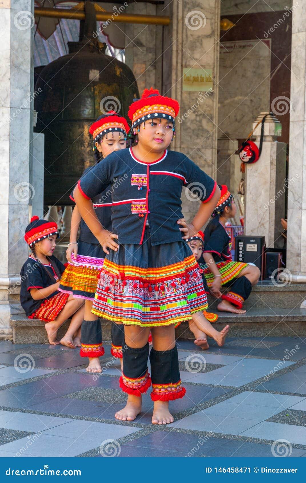 Baile tribal de las muchachas