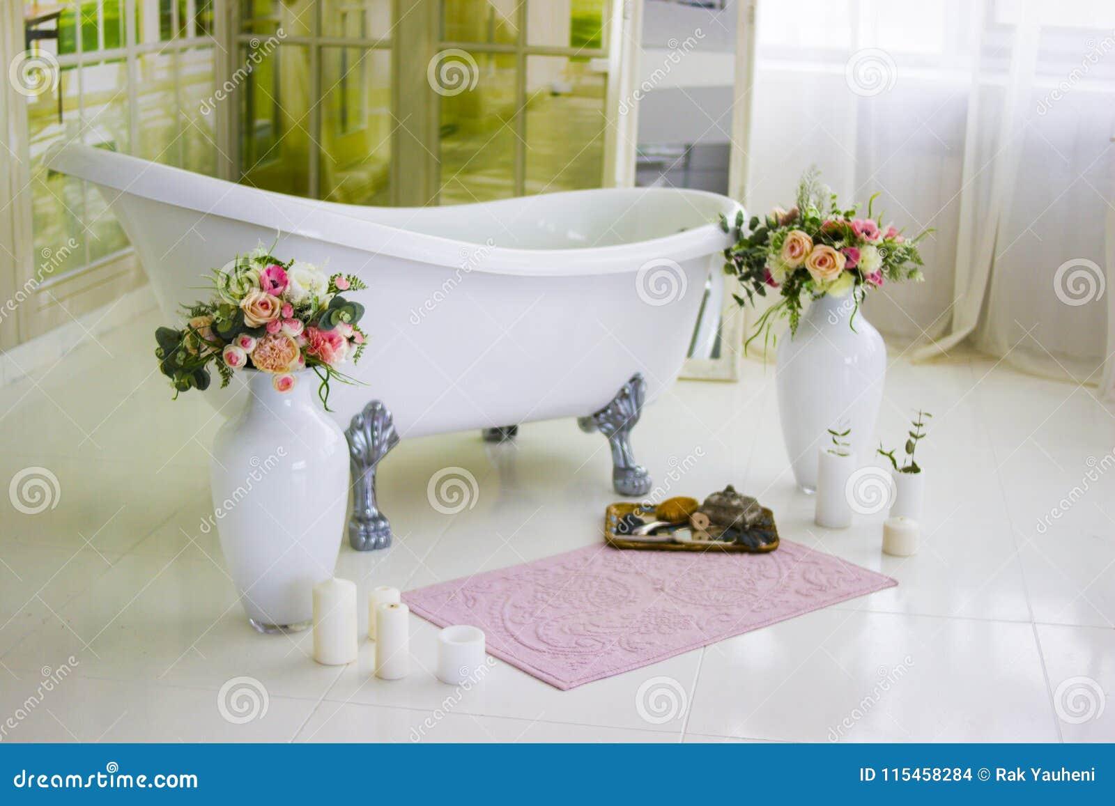 Bain Libre De Porcelaine Dans La Salle De Bains Blanche ...
