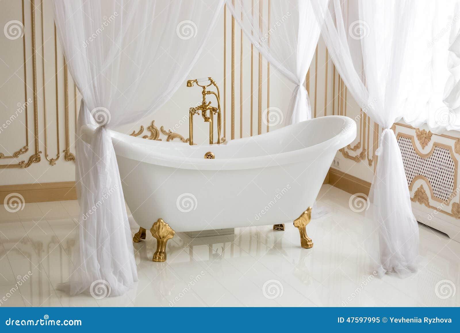 Bain Luxueux Blanc Avec Les Jambes D Or La Salle De Bains Image