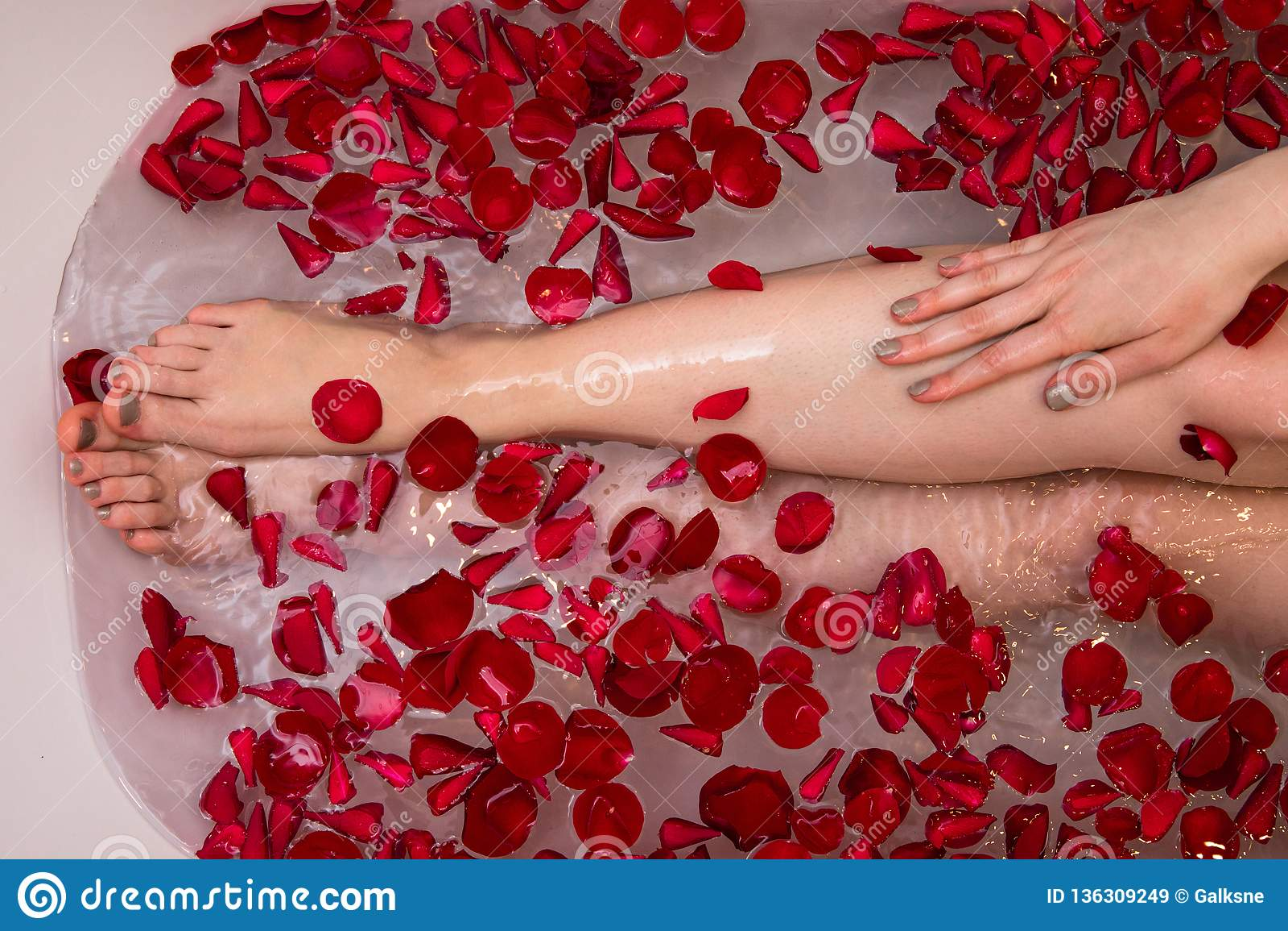 Bain romantique de jour de valentines avec les petails roses, femme dans la station thermale à la maison, soin de luxe d individu