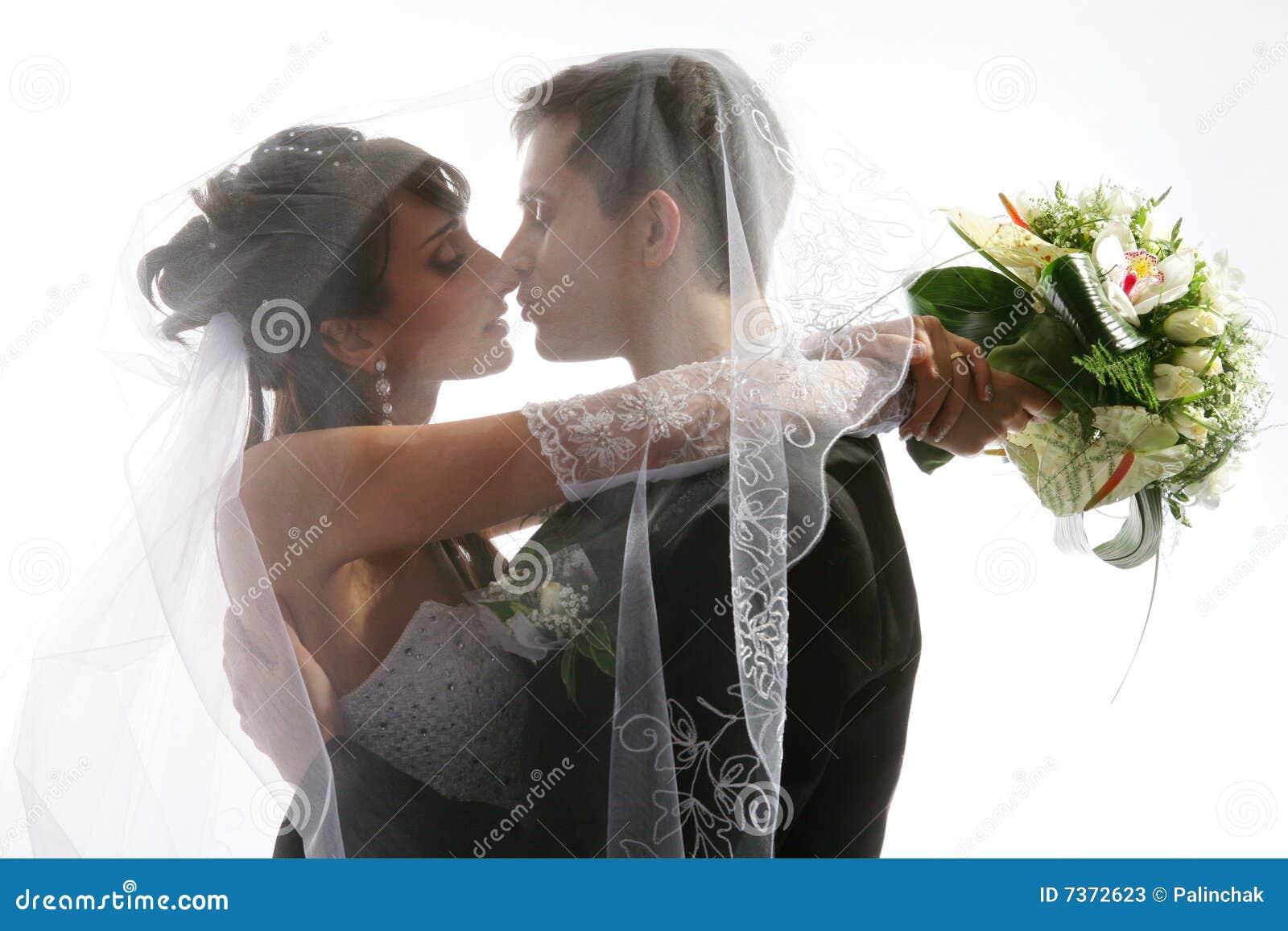 Baisers de la verticale de mariage de couples photos stock - Photo de mariage couple ...