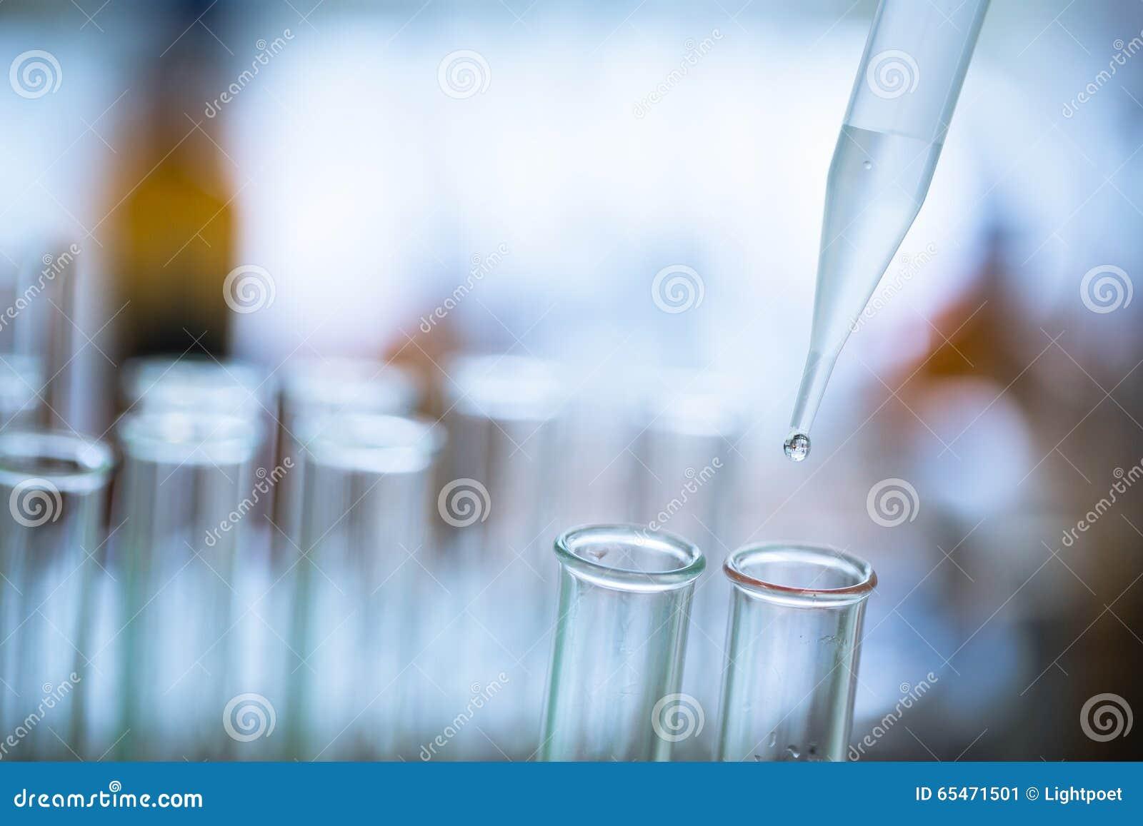 Baisse liquide de pipette au tube à essai